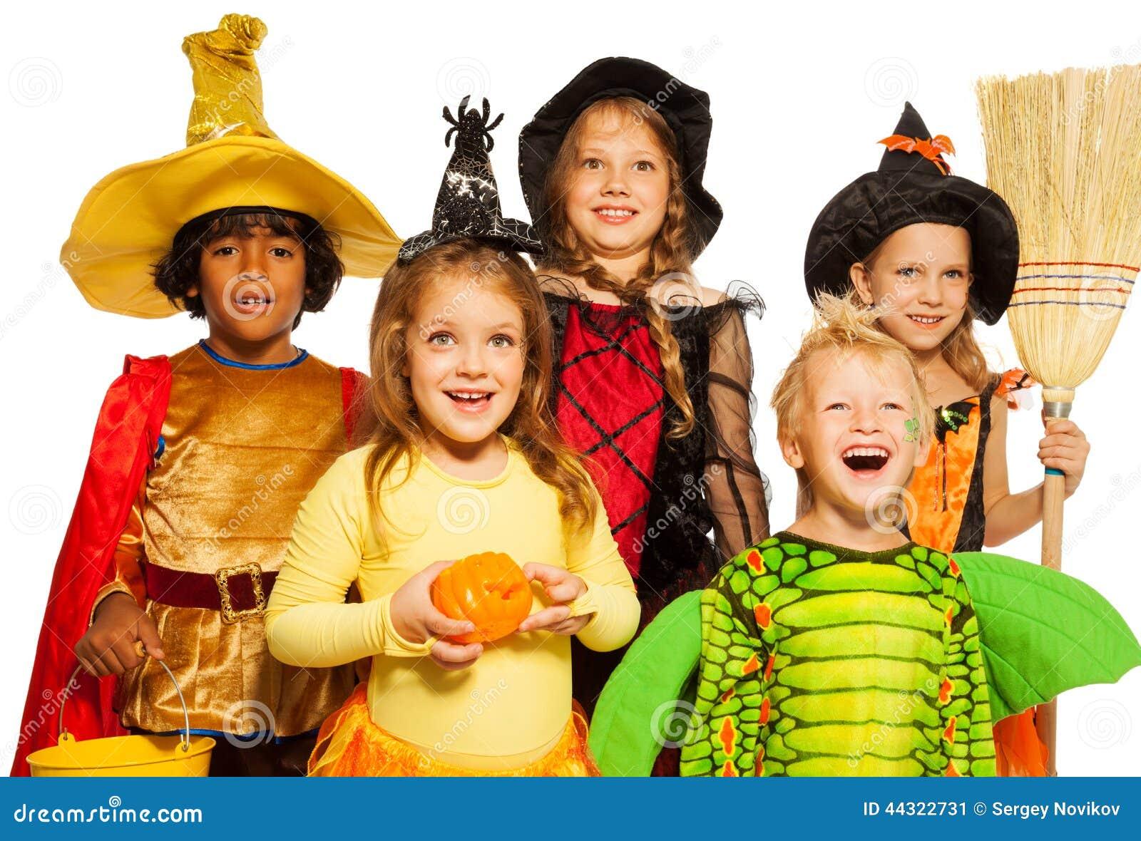 Pousse étroite de cinq enfants dans des costumes de Halloween