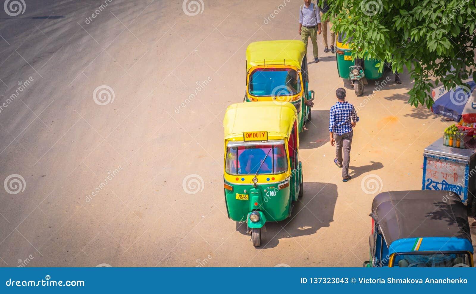 Pousse-pousse automatique jaune à New Delhi, Inde sur la route
