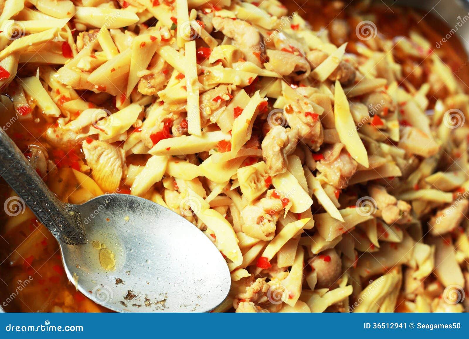 Pousse de bambou frite avec le poulet et l ingrédient épicé