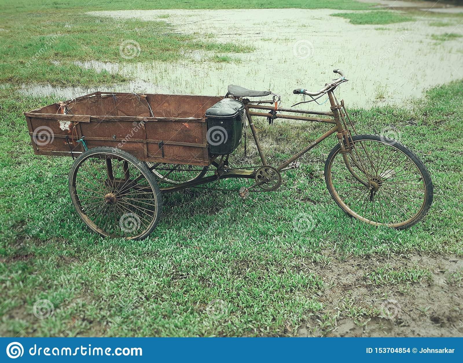Pousse-pousse de cycle de trois-roues de l éboueur garé dans un domaine l Inde