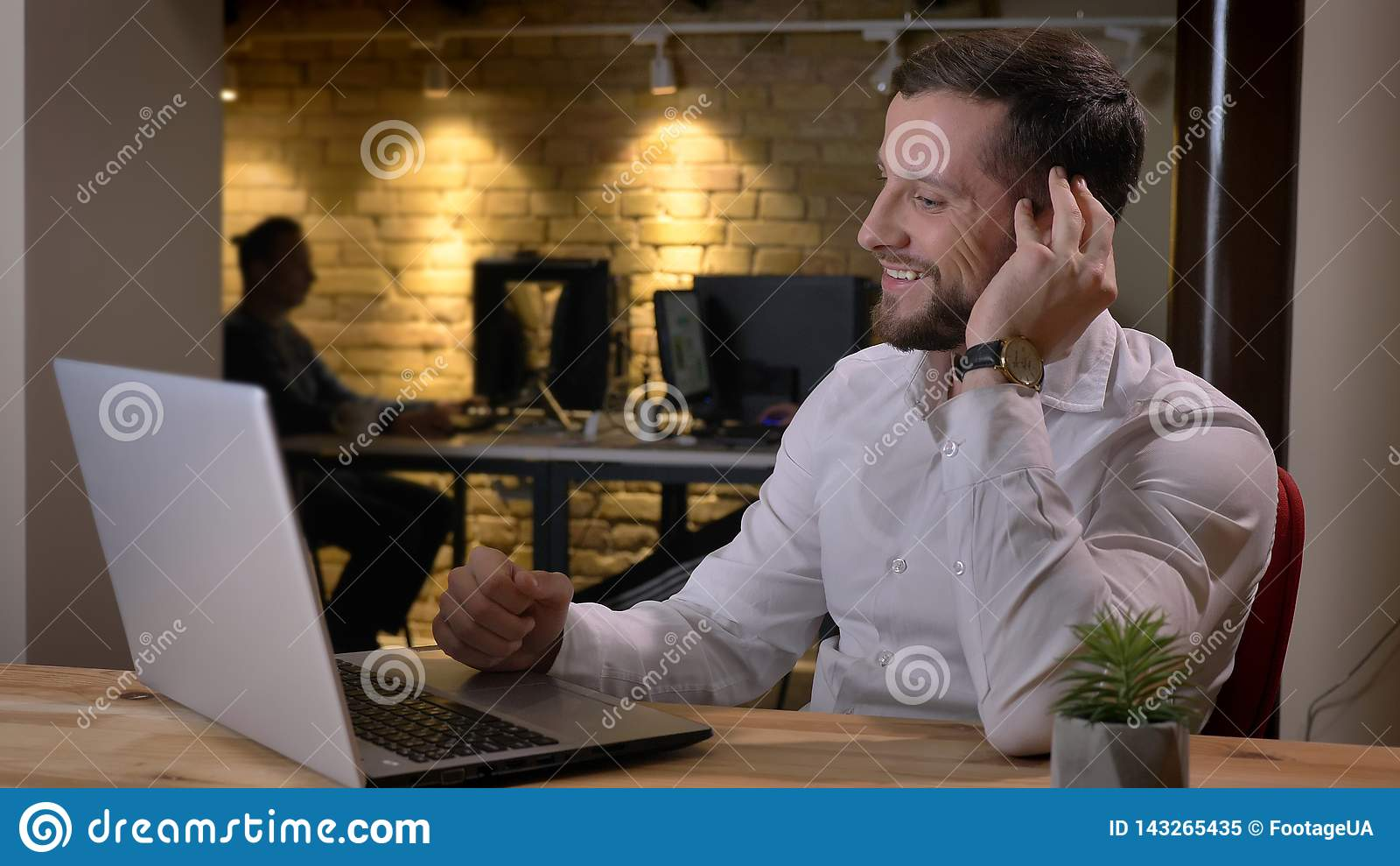 Pousse de plan rapproché de l homme d affaires réussi caucasien adulte dactylographiant sur l ordinateur portable et souriant ave