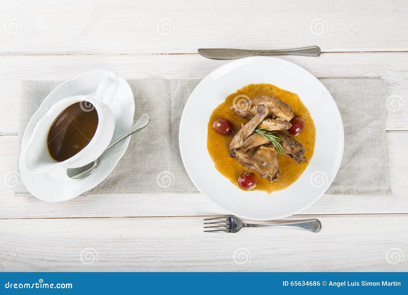 Poussin avec de la sauce à raisins