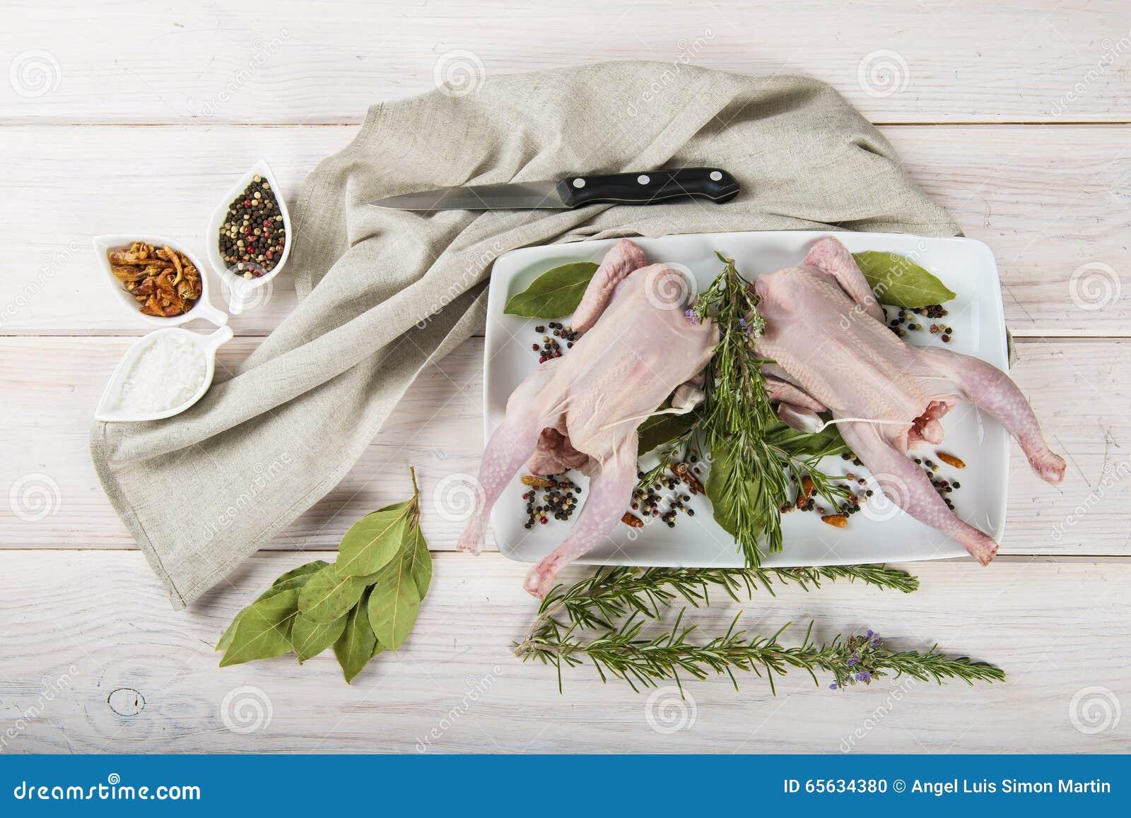 Poussin cru avec des herbes et des épices