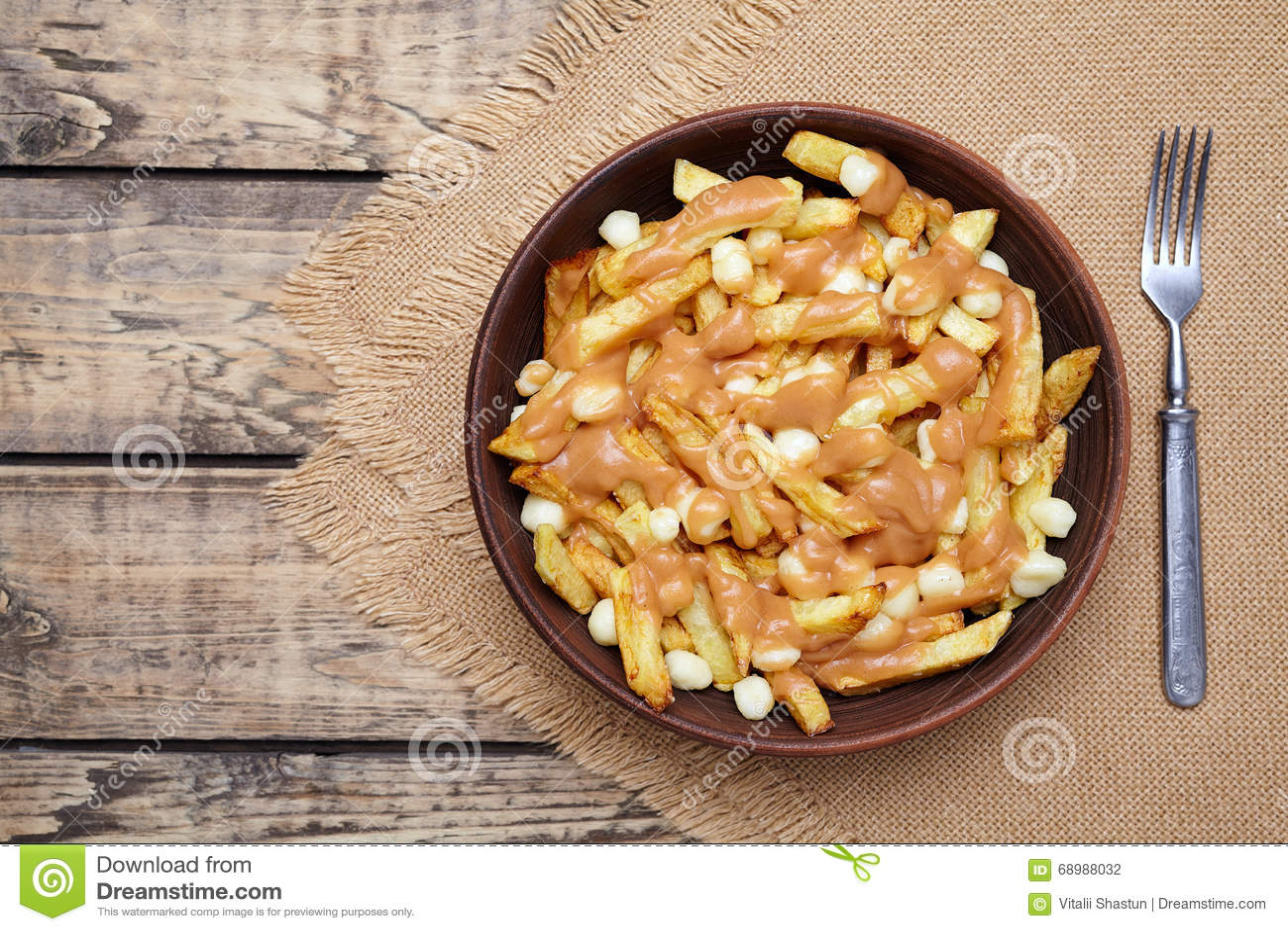 Poutine tradycyjny Kanadyjski posiłek z dłoniakami, curd serem i kumberlandem,