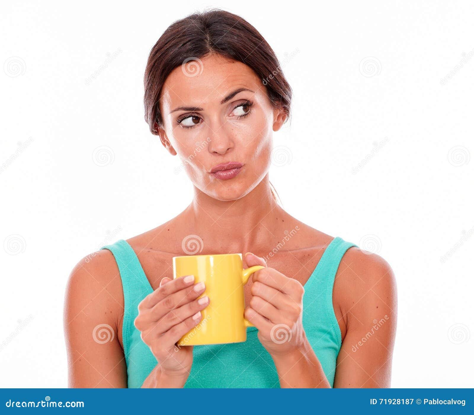 Pouting женщина брюнет с кружкой кофе
