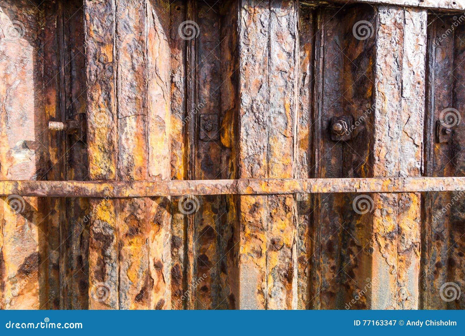 Poutres de fer de rouille faisant partie de mur de port