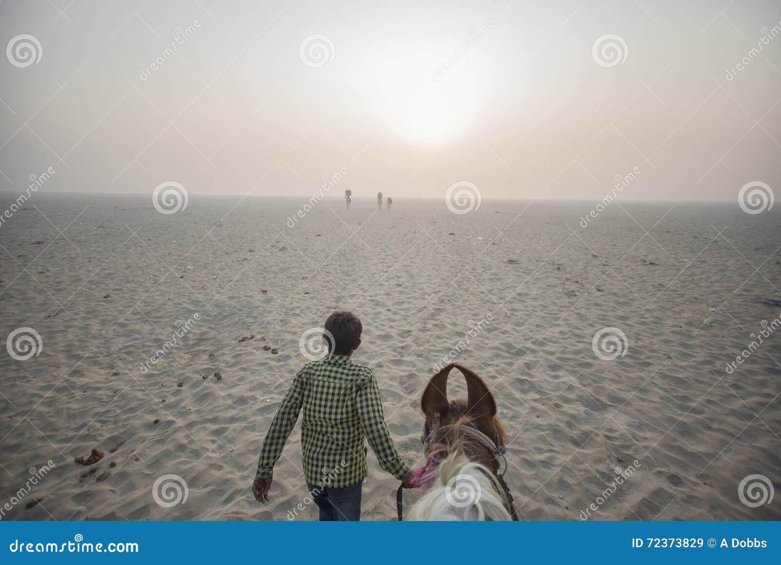 POV jedzie końskiego prowadzenie chłopiec w pustynię