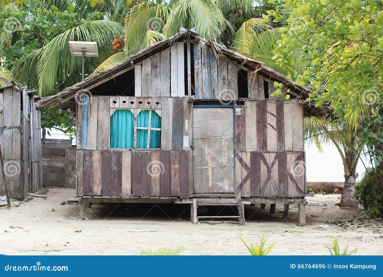 Pannello Solare A Sud Ovest : Povera casa con il pannello solare fotografia editoriale