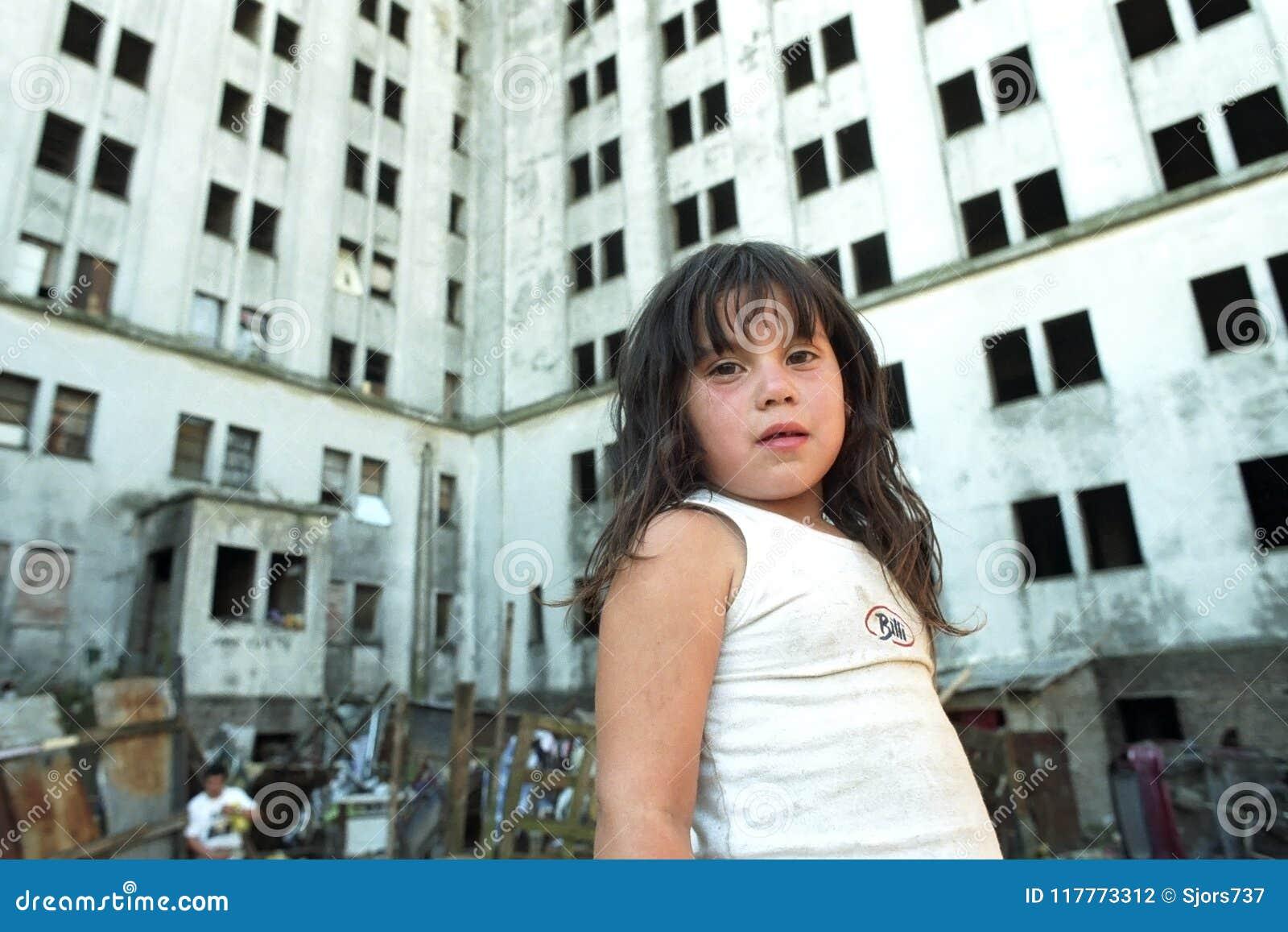 Povertà pura per la ragazza argentina in bassifondi