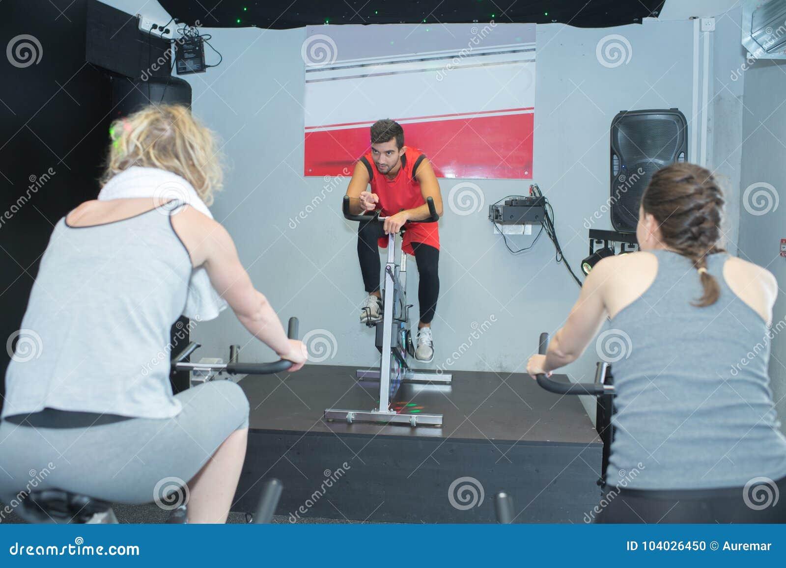 Povos aptos na classe da rotação no gym
