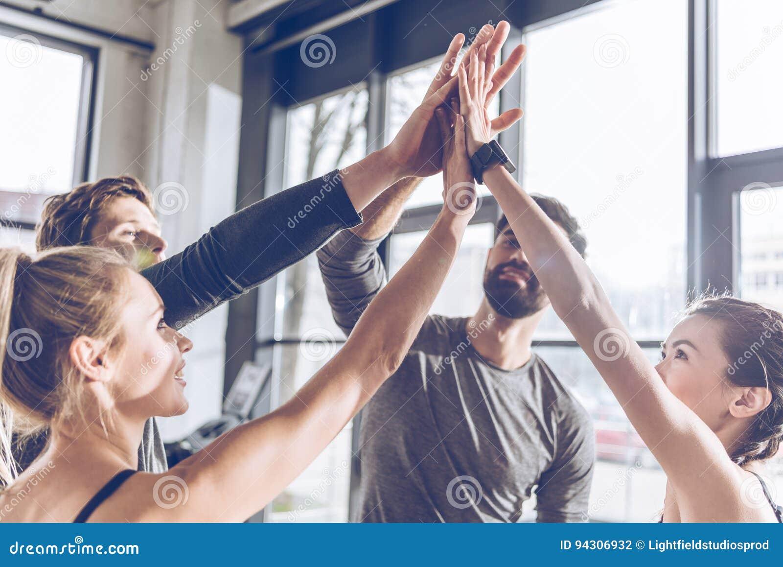 Povos atléticos novos no sportswear que dá a elevação cinco no gym