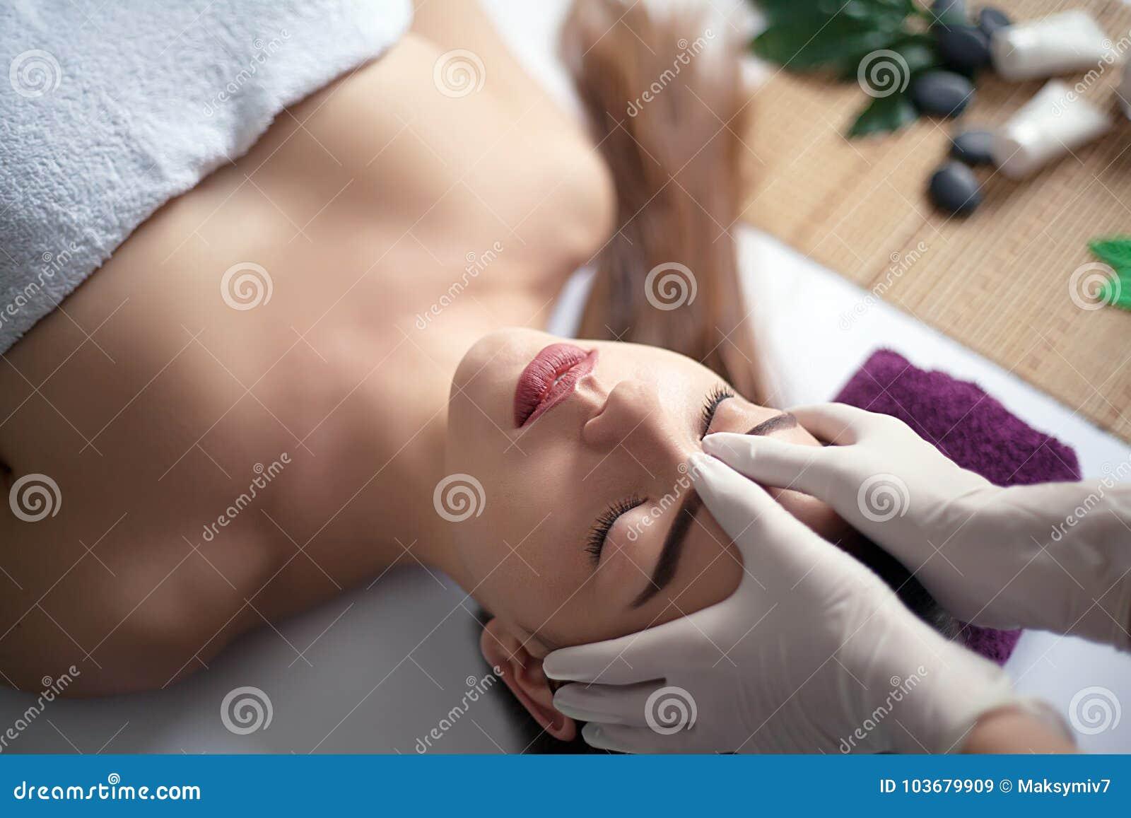 Povos, beleza, termas, estilo de vida saudável e conceito do abrandamento - próximos acima da jovem mulher bonita que encontra-se