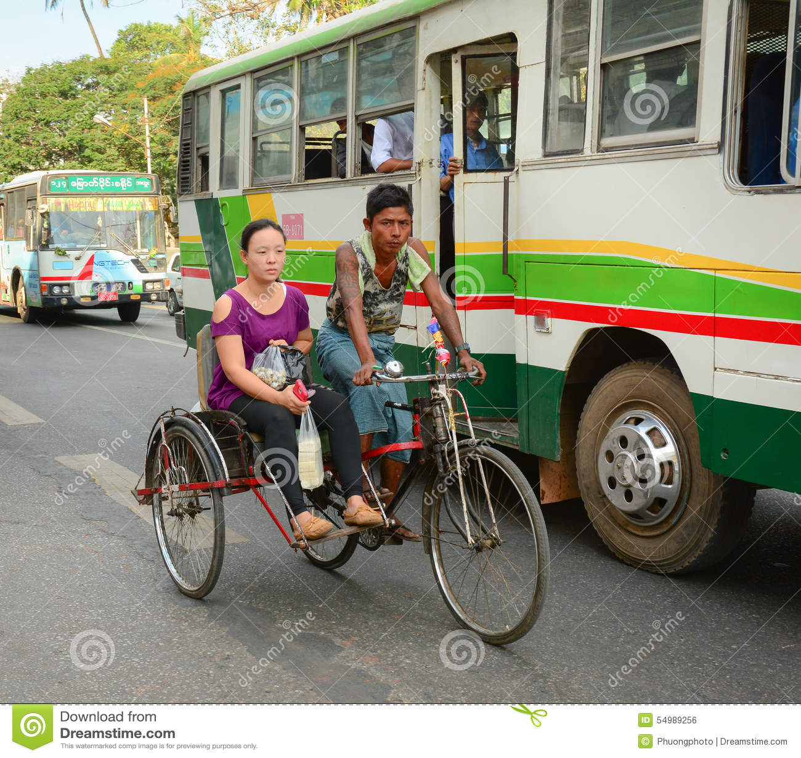 Povos, carros e bicicletas nas ruas em Mandalay