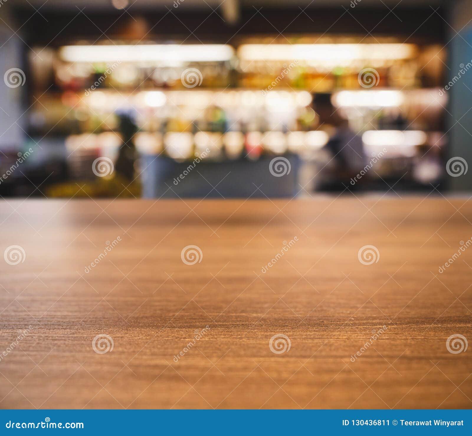 Povos contrários do borrão do tampo da mesa que bebem na barra