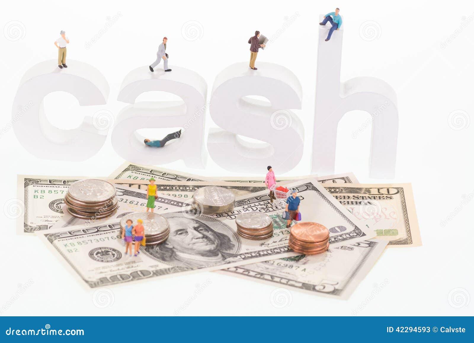 Povos diminutos em letras de madeira do dinheiro e em cédulas dos E.U.
