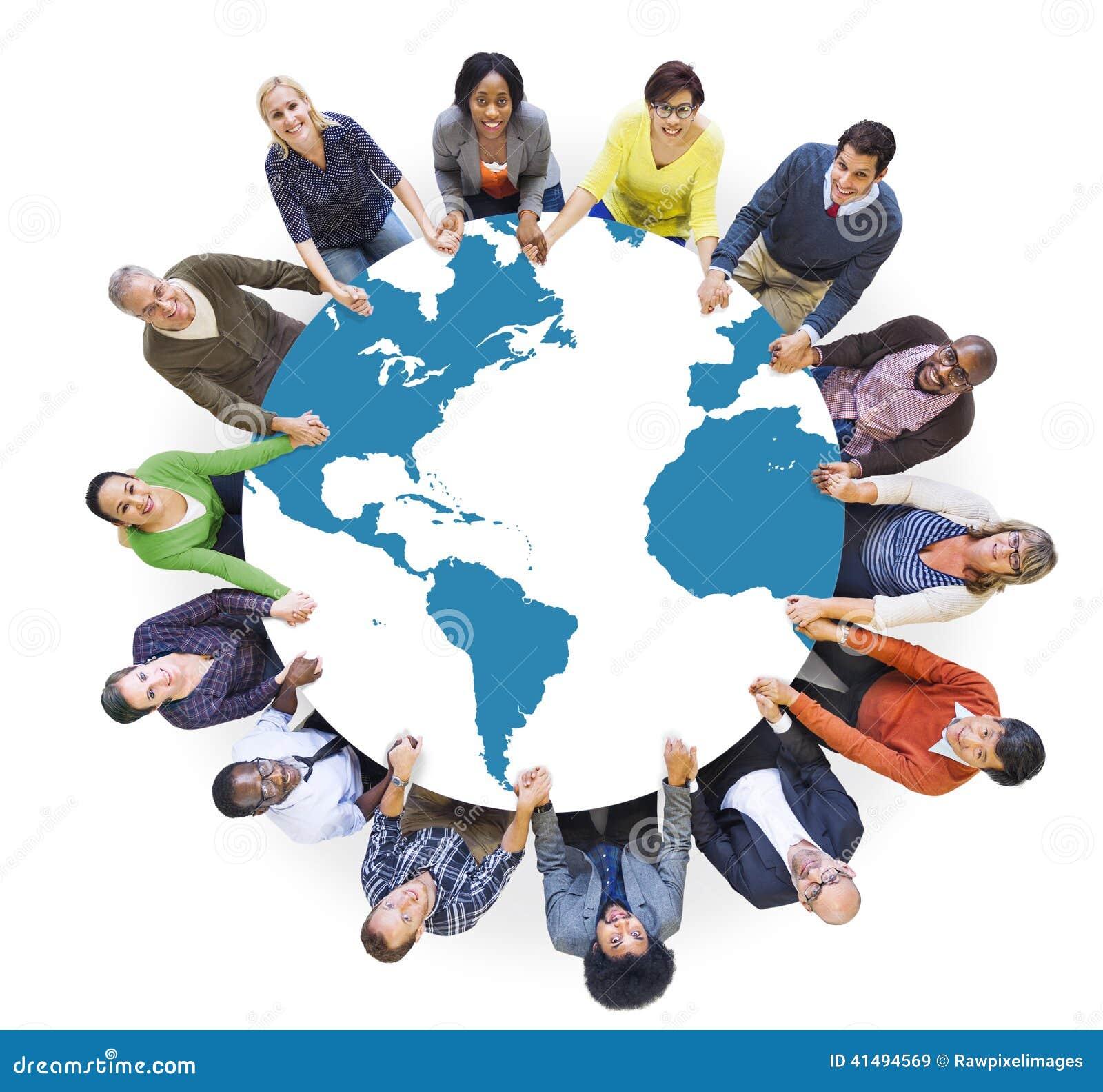 Povos diversos multi-étnicos do mundo que guardam as mãos