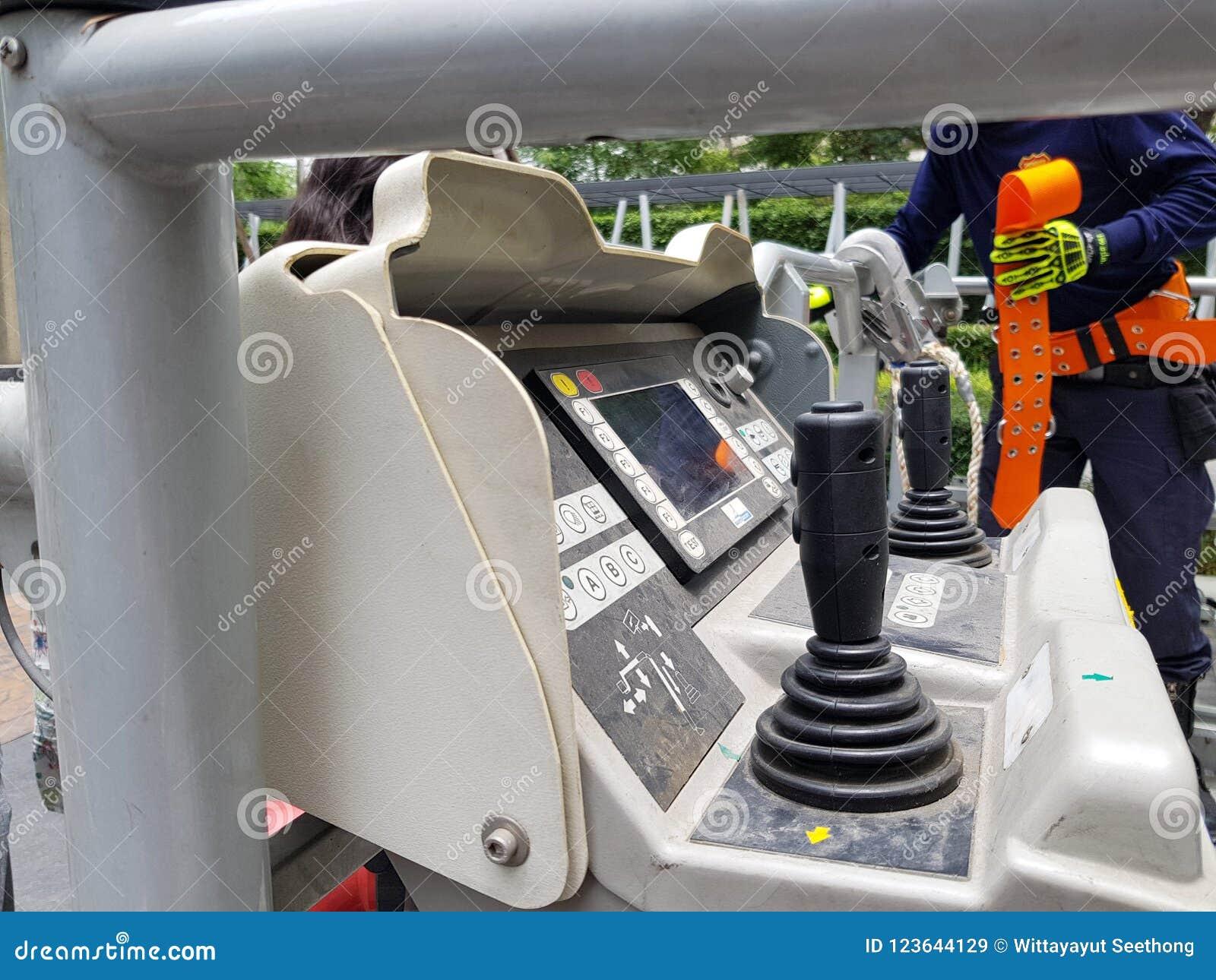 Povos do treinamento do salvamento do sapador-bombeiro no prédio a escapar usando guindaste prolongado da escada do carro de bomb