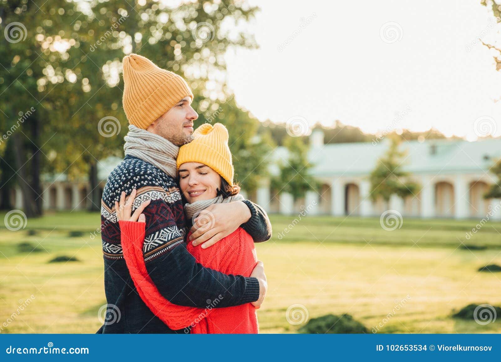 Povos e conceito da estagnação Os pares novos no amor têm a data, abraçam-se, apoio da sensação, estando sozinhos no parque, têm
