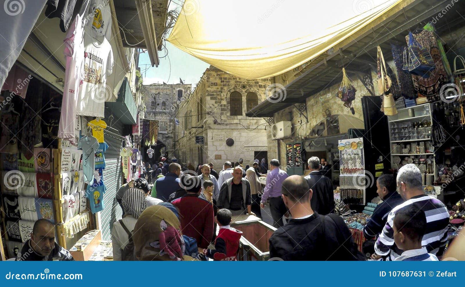 Povos e turista no mercado de rua no Jerusalém, Israel