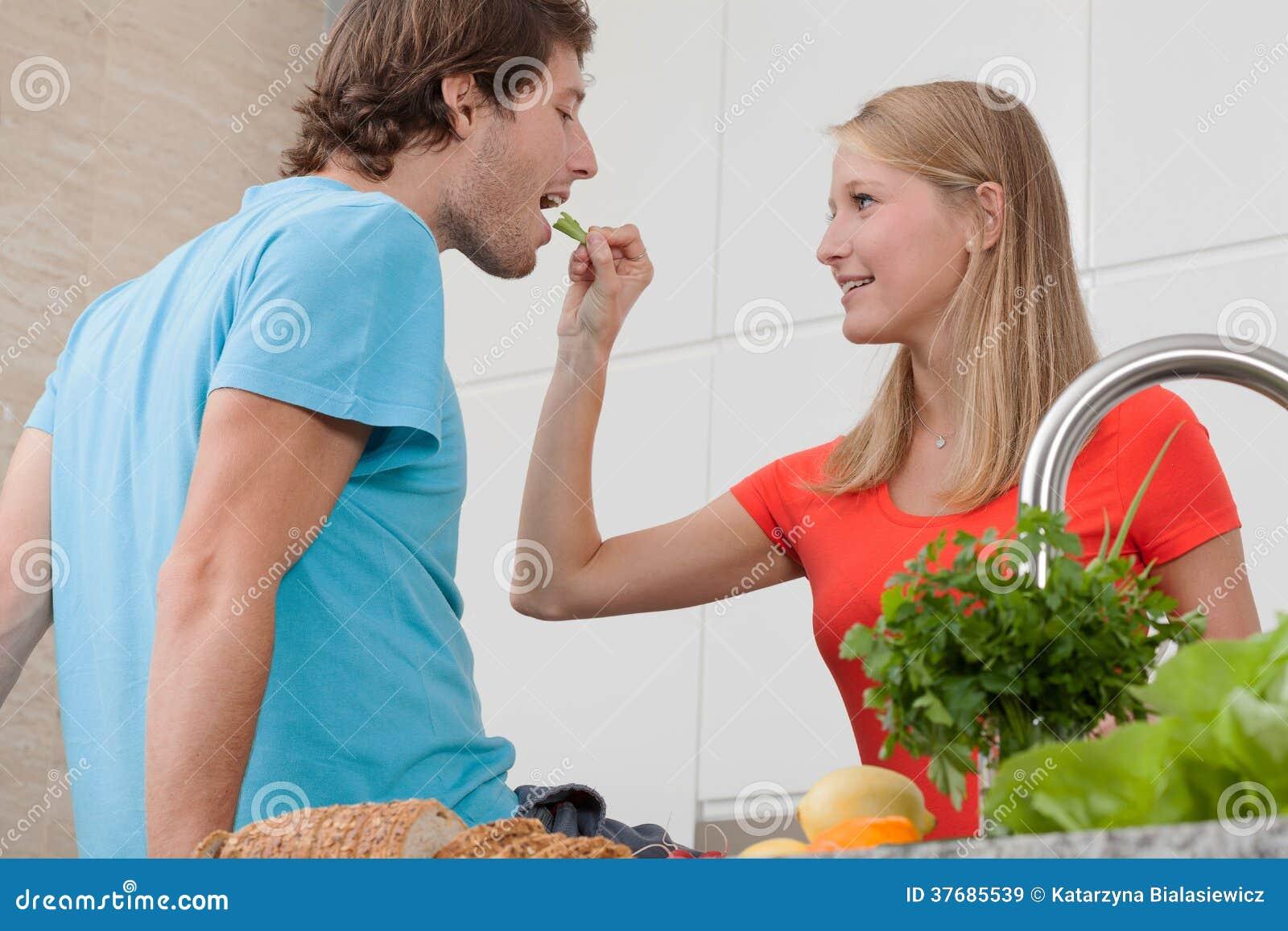 Povos em comer do amor