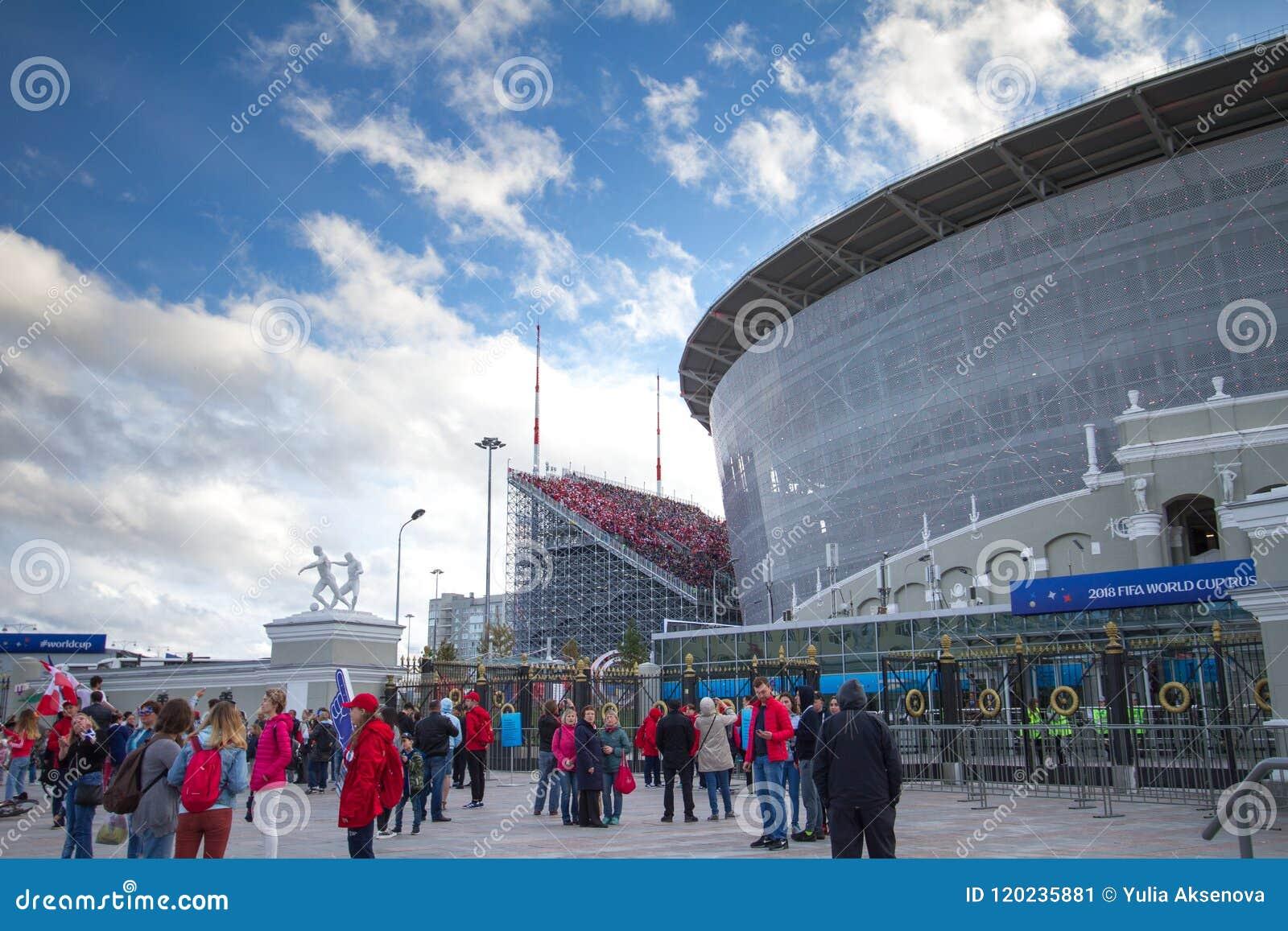 Povos em torno da arena do estádio - Yekaterinburg em Rússia