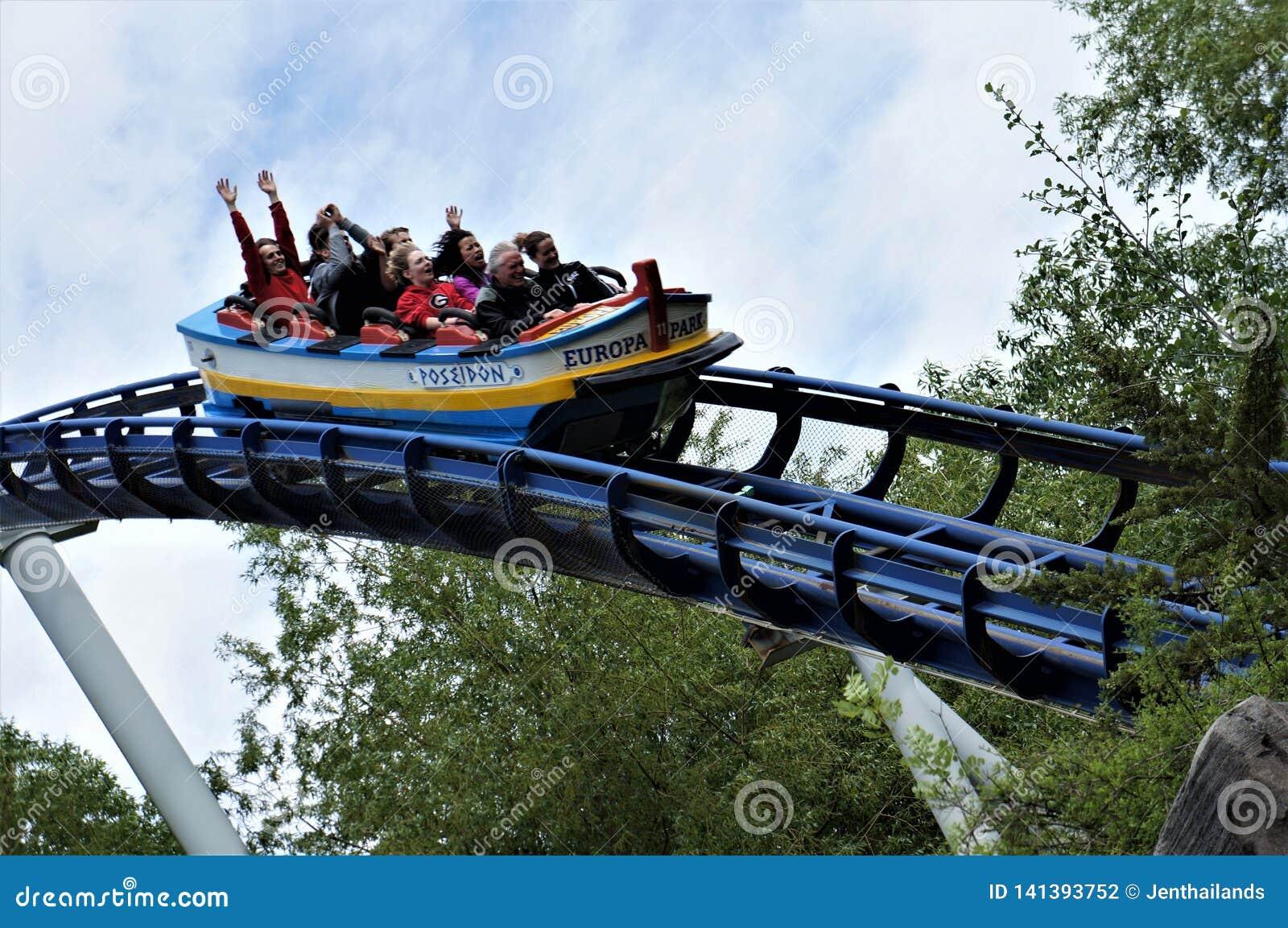 Povos em um roller coaster no parque do Europa