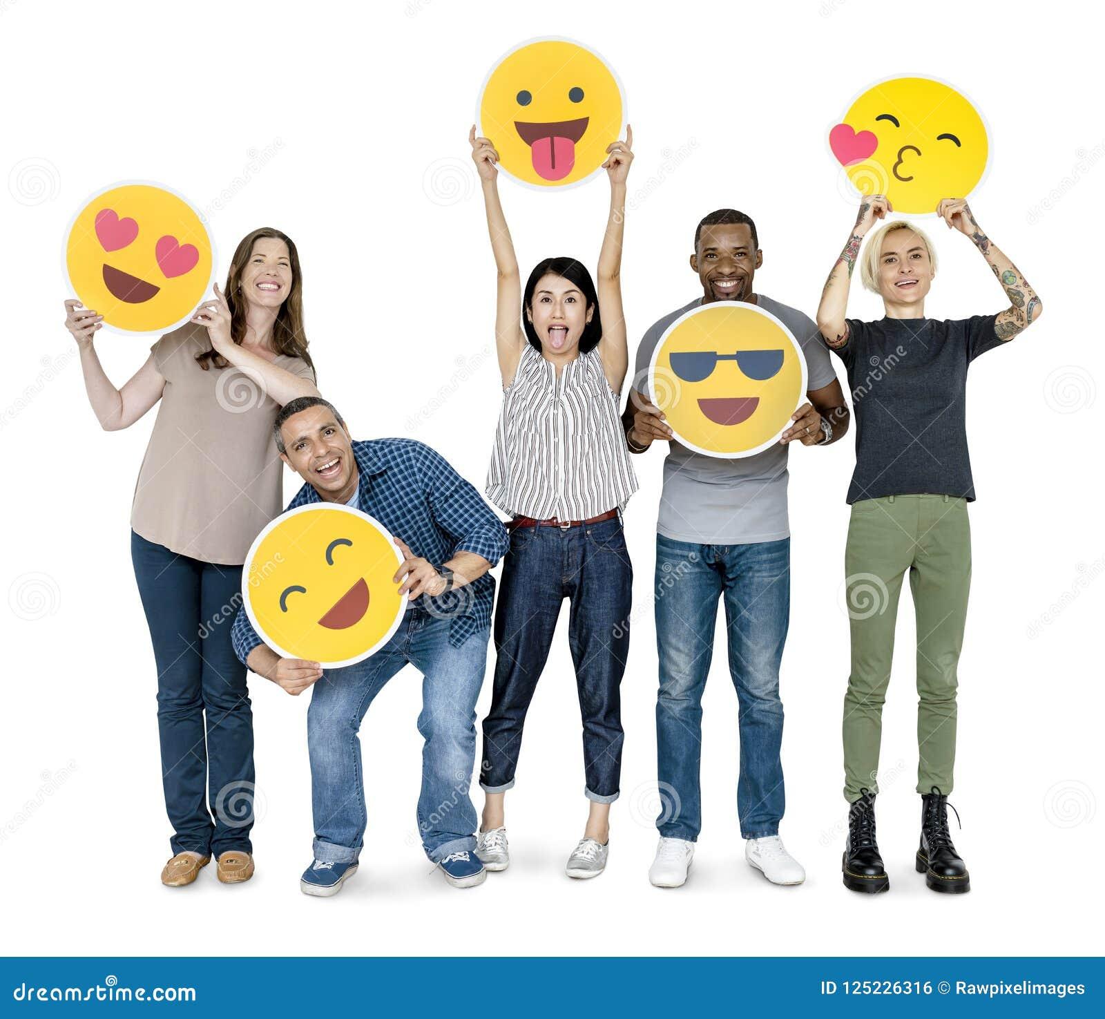 Povos felizes diversos que guardam emoticons felizes