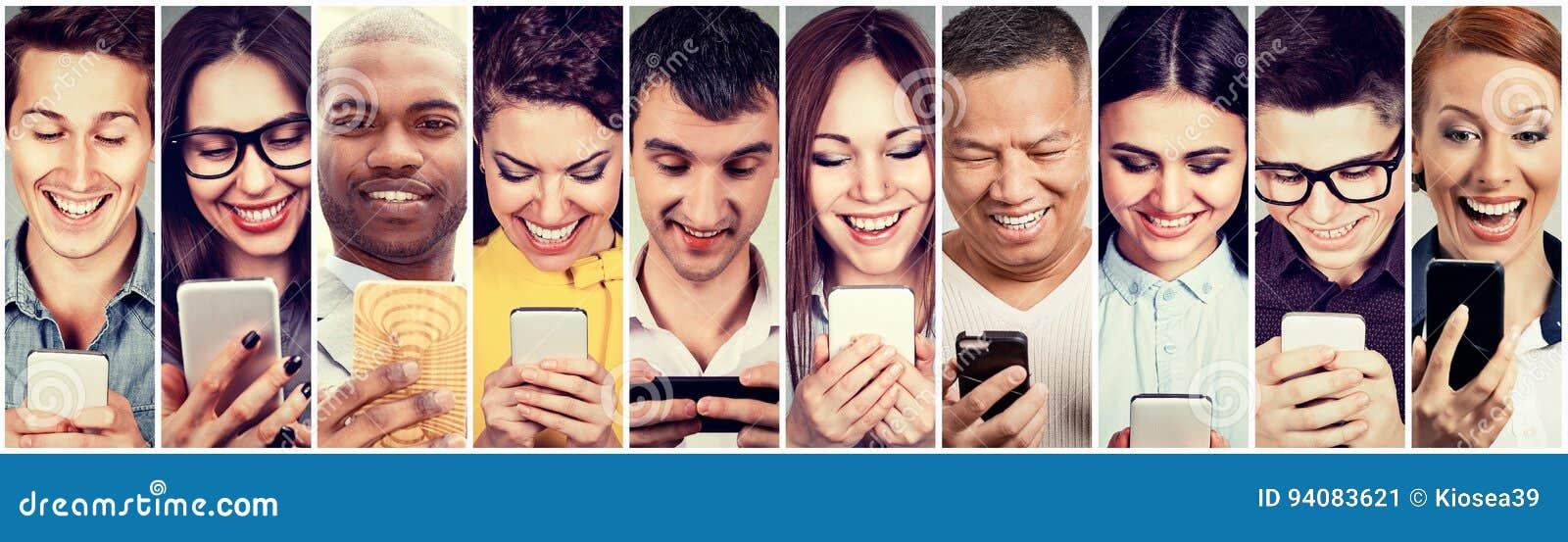 Povos felizes que usam o telefone esperto móvel