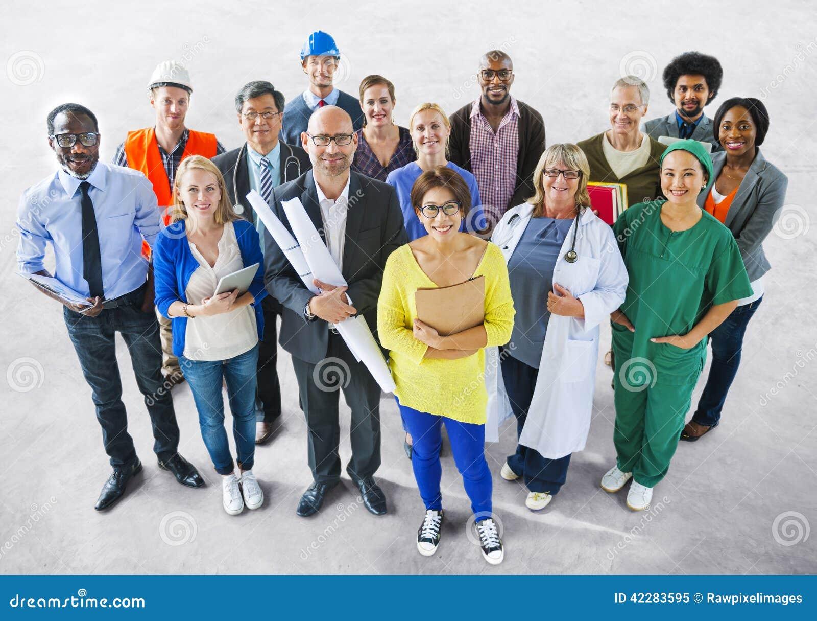 Povos multi-étnicos diversos com trabalhos diferentes