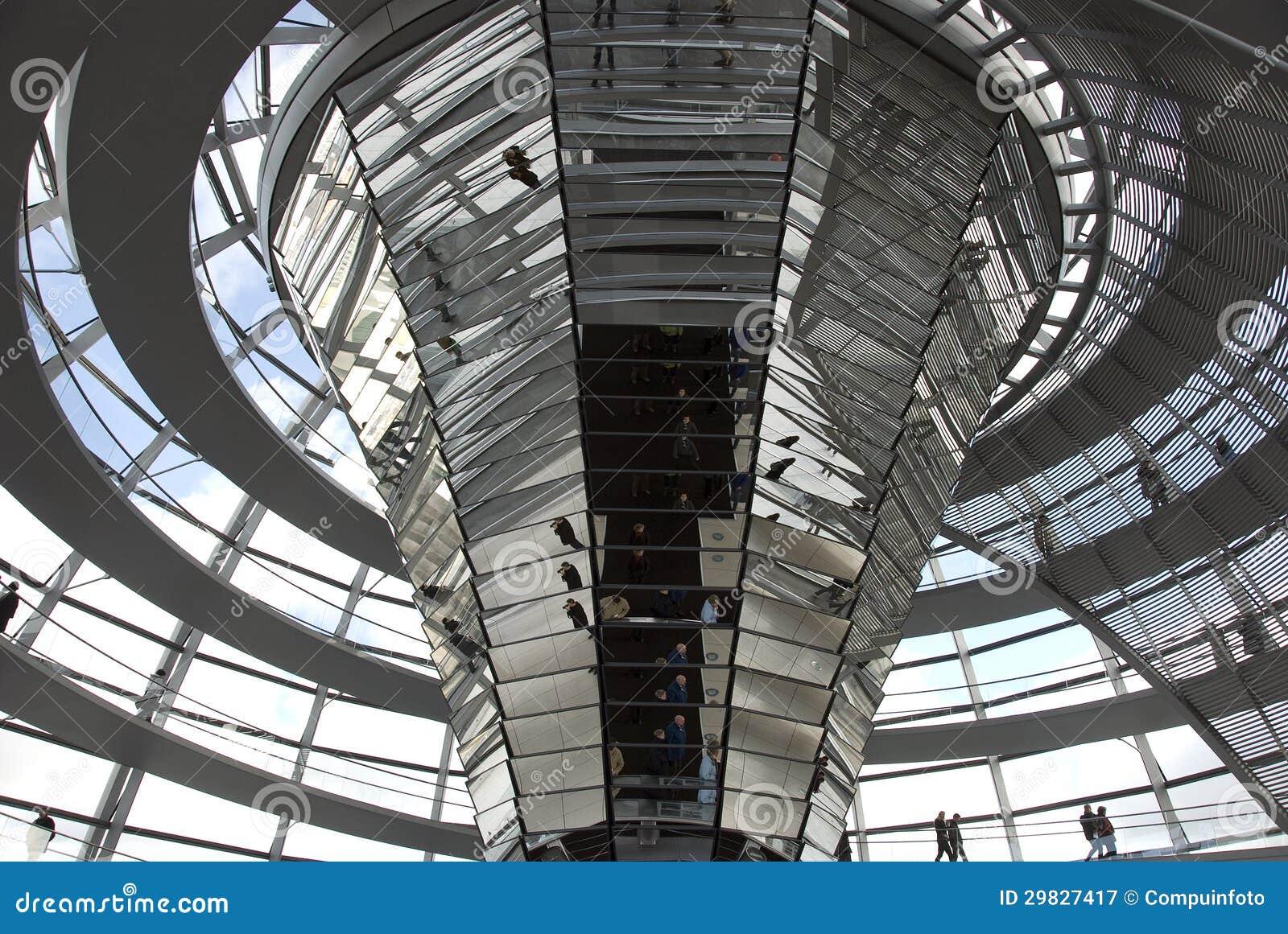 A cúpula sobre a construção de Reichstag em Berlim