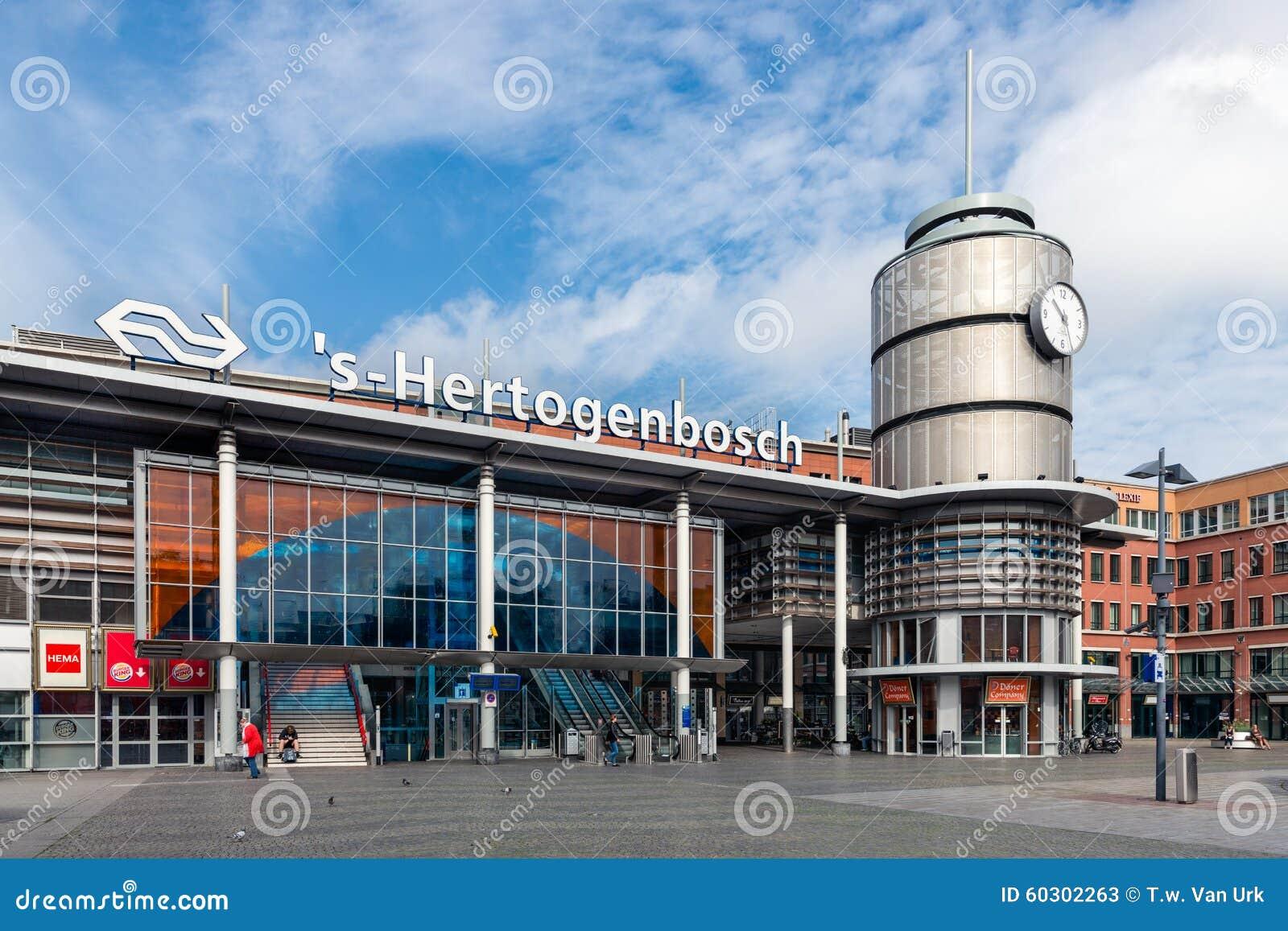 Povos na frente da estação de trem holandesa Den Bosch, os Países Baixos