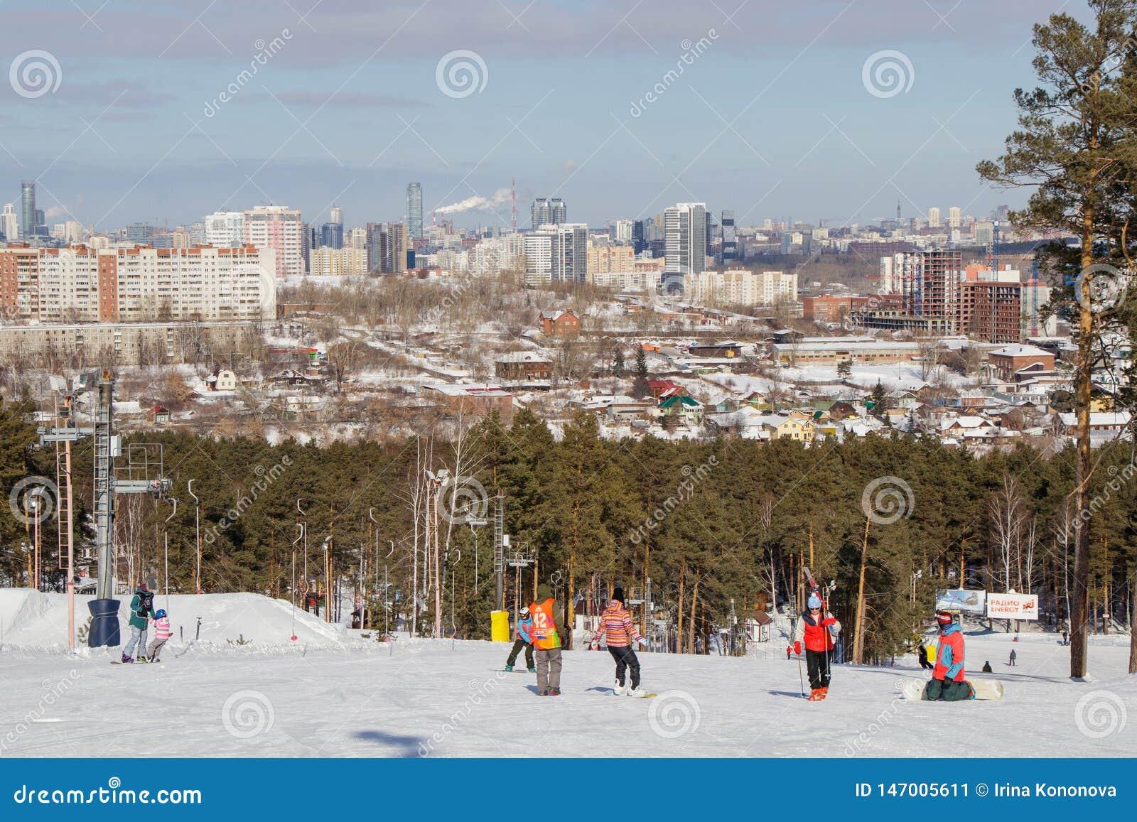Povos na inclinação do esqui e na vista da cidade de Yekaterinburg