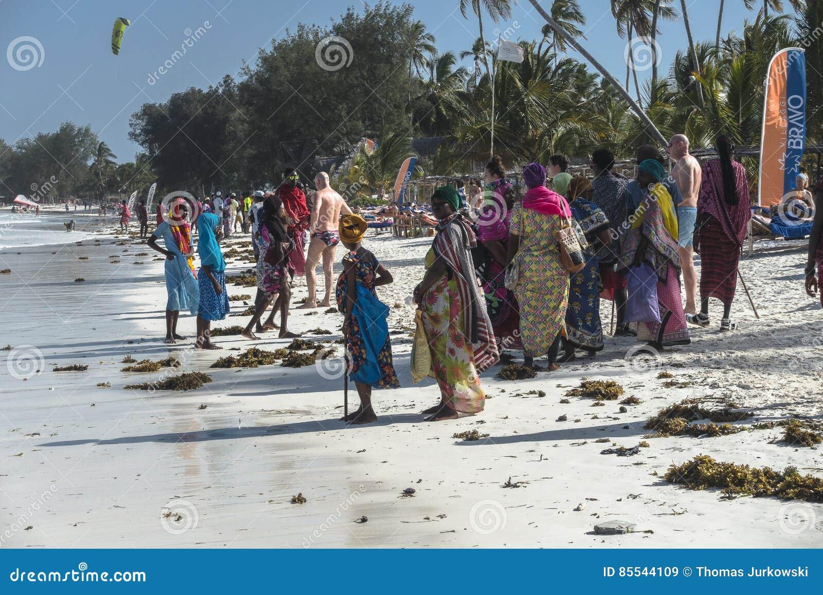 Povos na praia de Zanzibar
