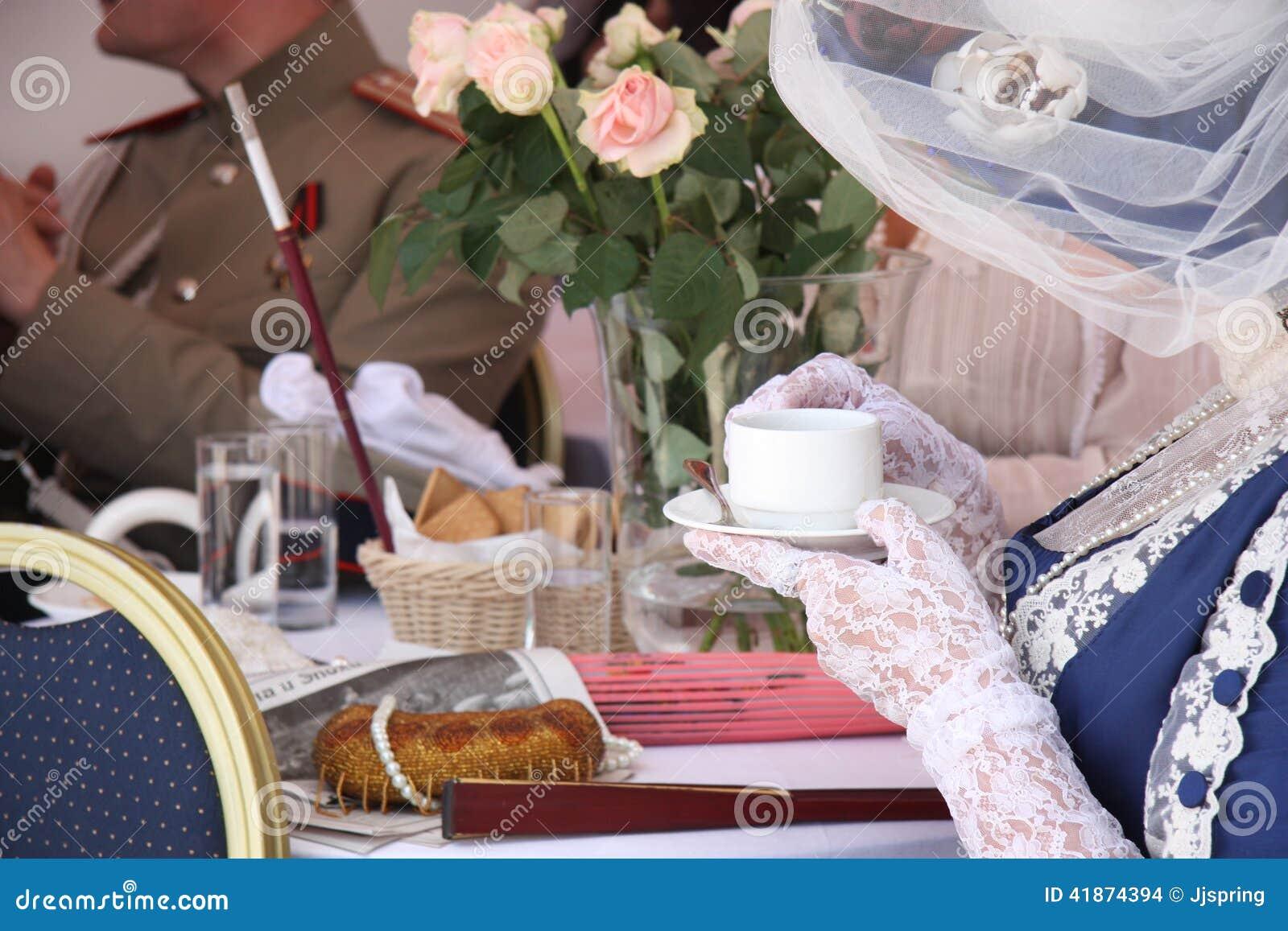 Povos no chá bebendo do restaurante do vintage