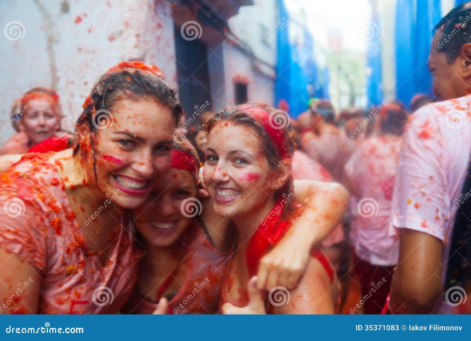 Povos no festival de Tomatina do La
