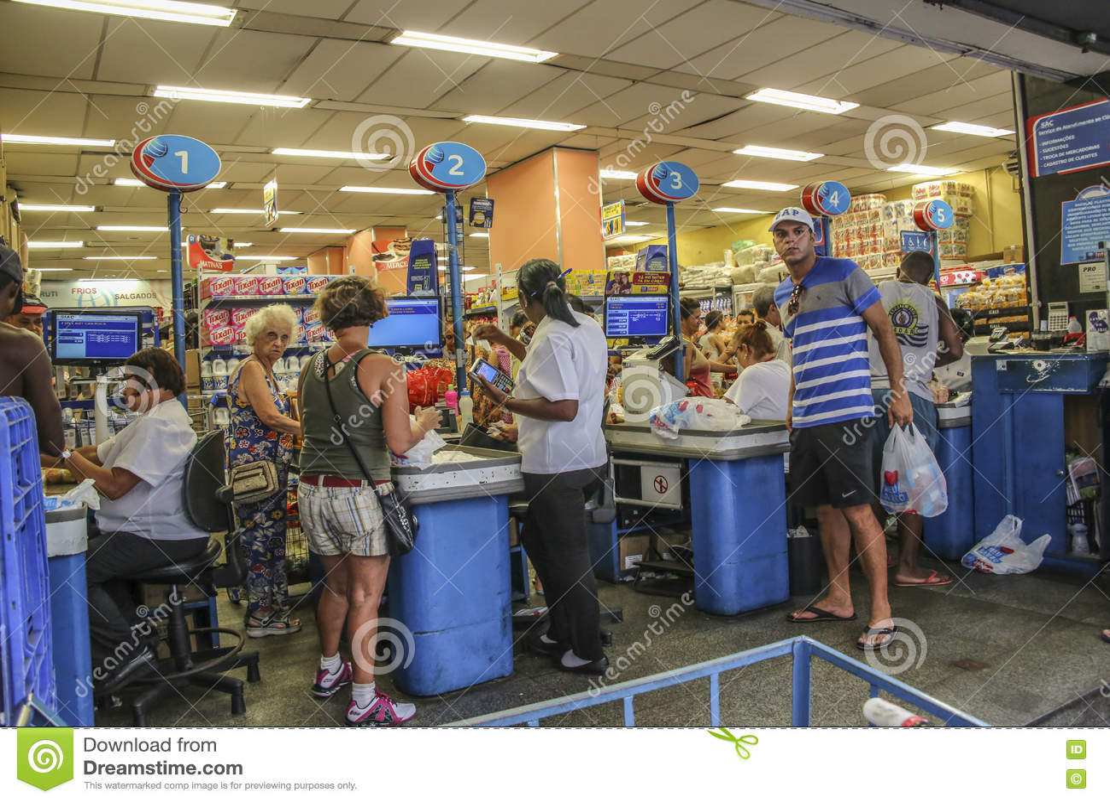 Povos no ponto do dinheiro de um mercado super no Rio