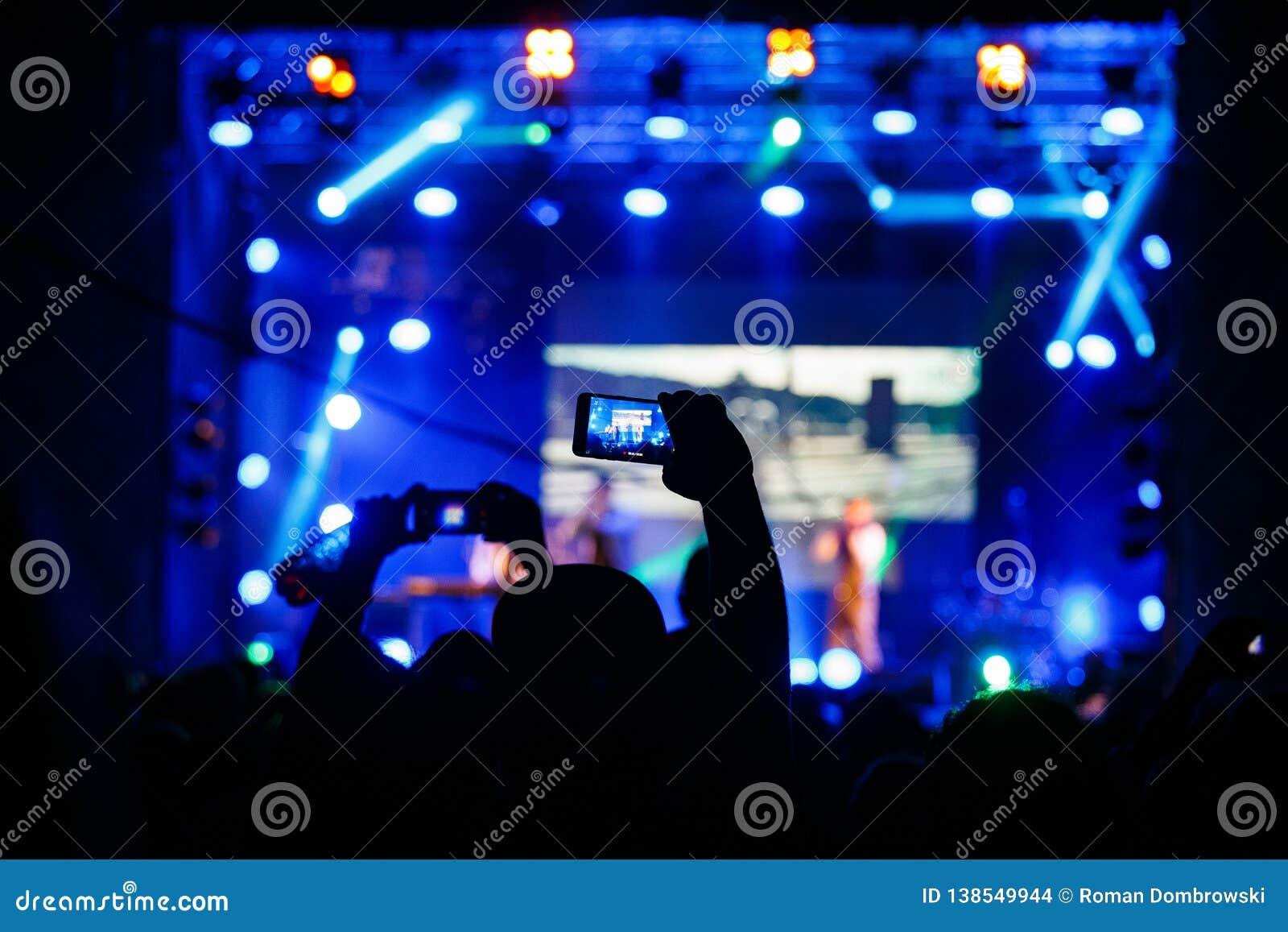 Povos no vídeo ou na foto do tiro do concerto
