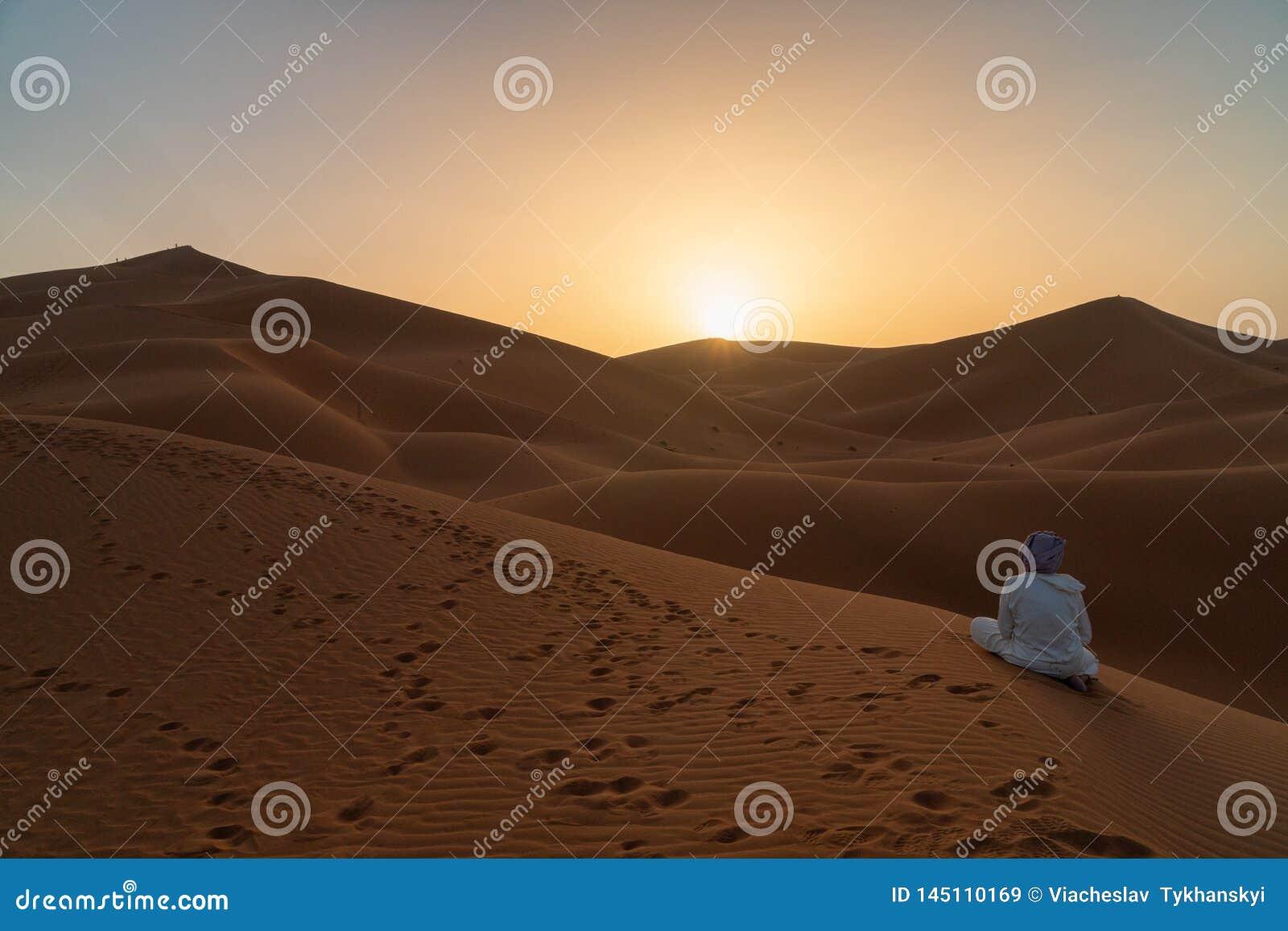 Povos que andam em dunas bonitas do nascer do sol do deserto de Namib, Sossusvlei, Namíbia, África do Sul