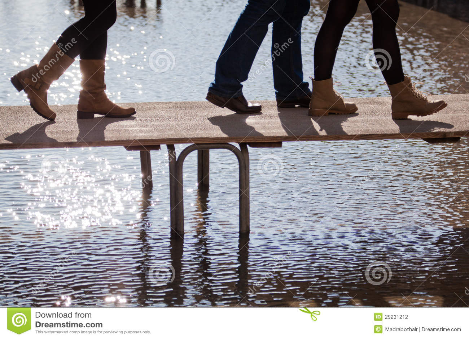 Download Povos Que Andam Na Inundação Em Um Passadiço Foto de Stock - Imagem de povos, quadrado: 29231212