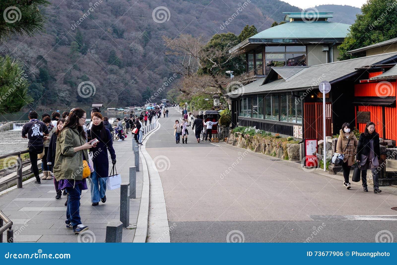Povos que andam na rua em Arashayama, Japão