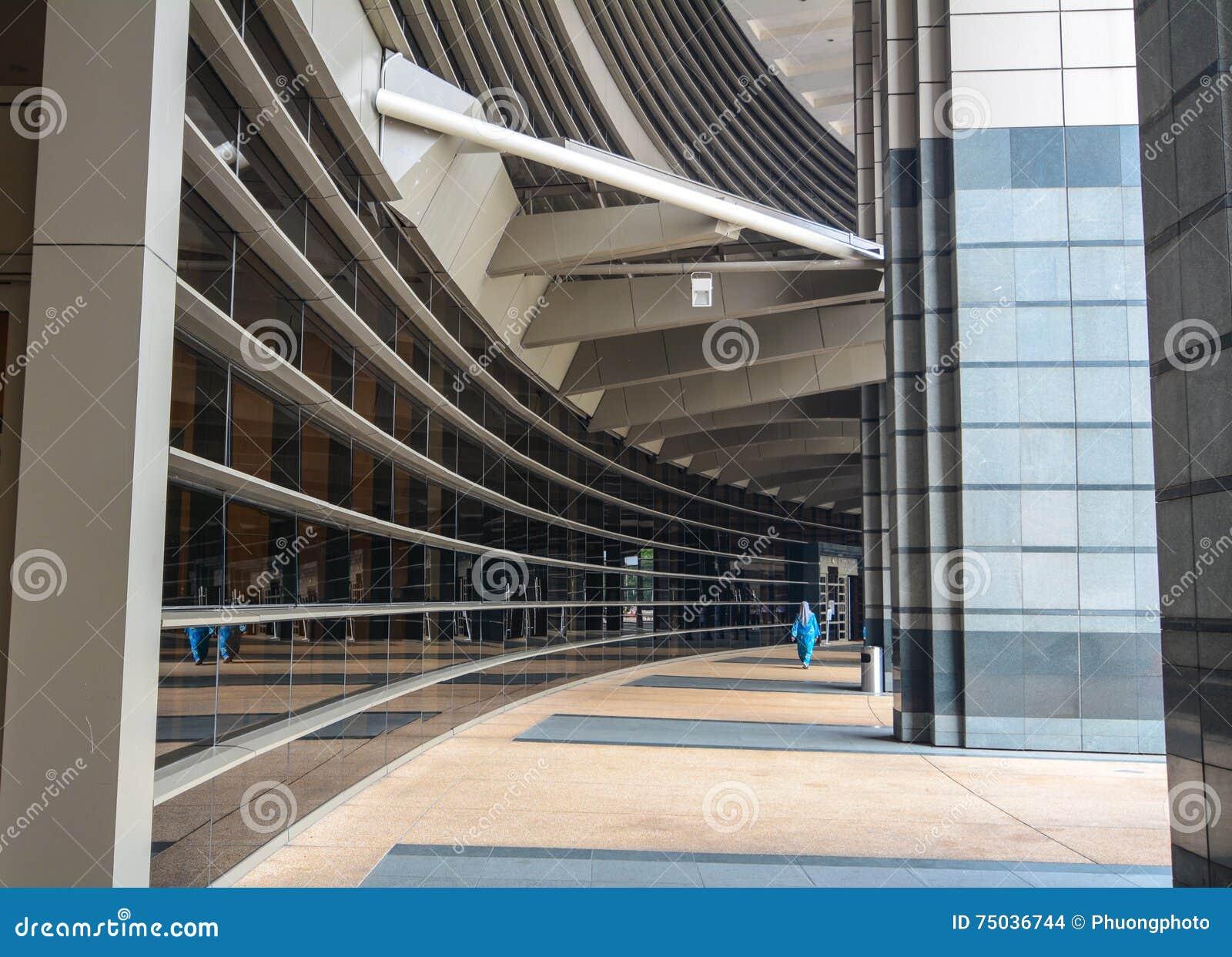 Povos que andam no salão da construção do governo em Kuala Lumpur, Malásia