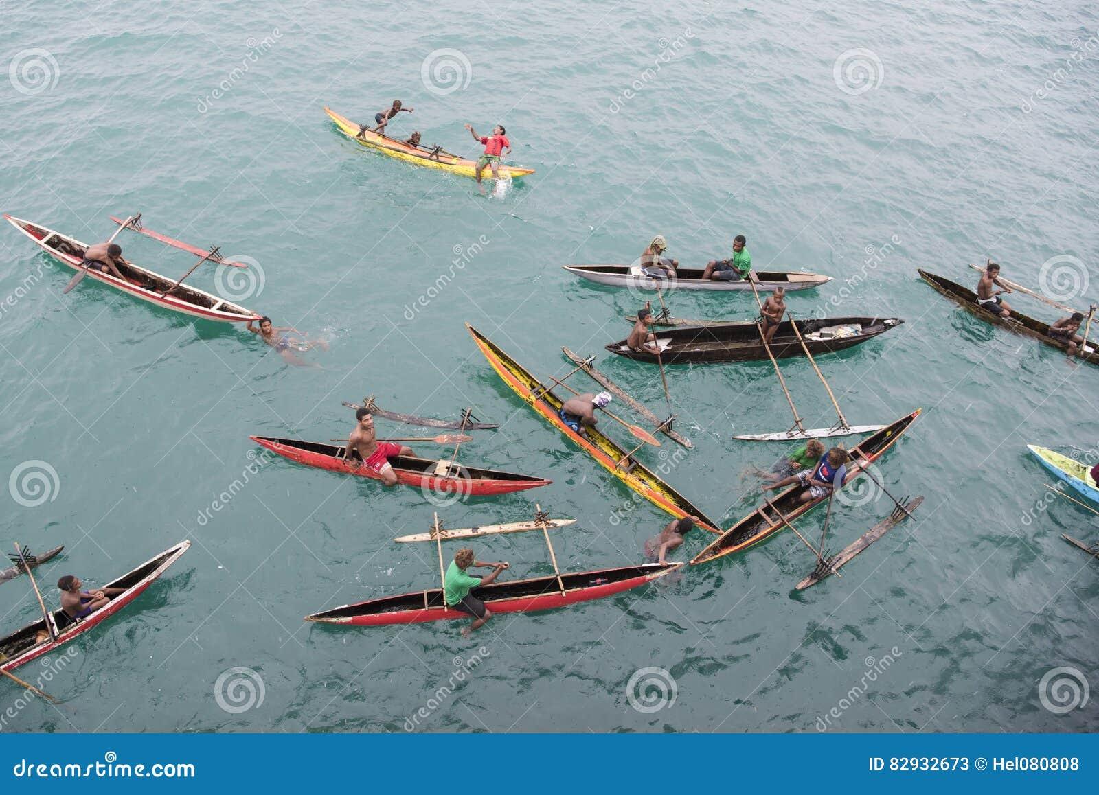 Povos que apreciam a chuva nas canoas no Oceano Pacífico