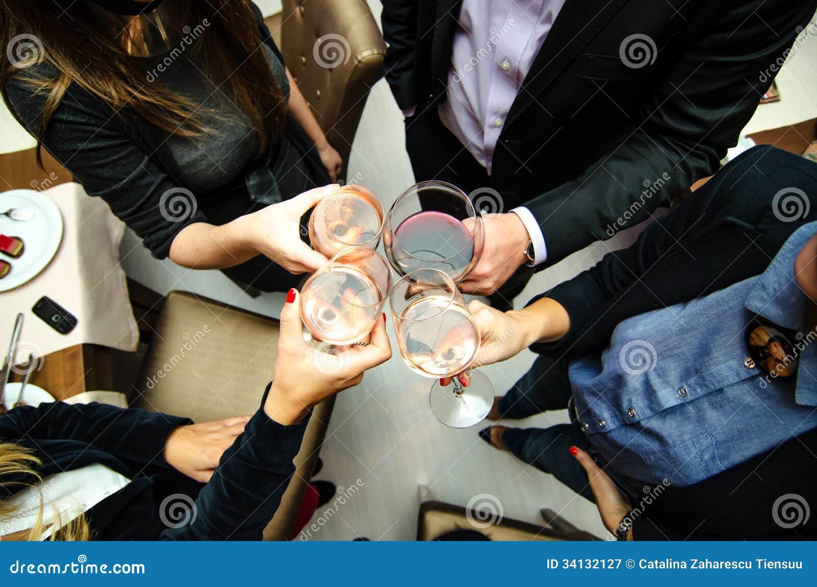 Povos que brindam com vinho