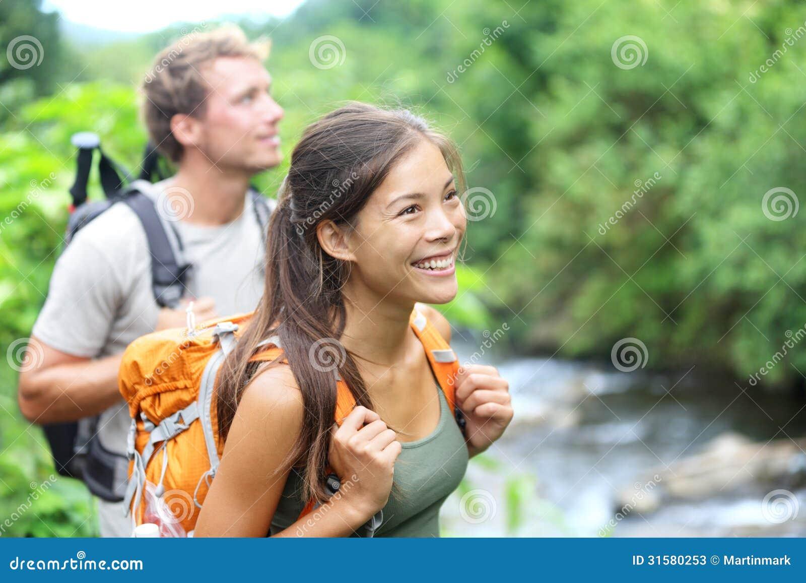 Povos que caminham - pares felizes do caminhante em Havaí