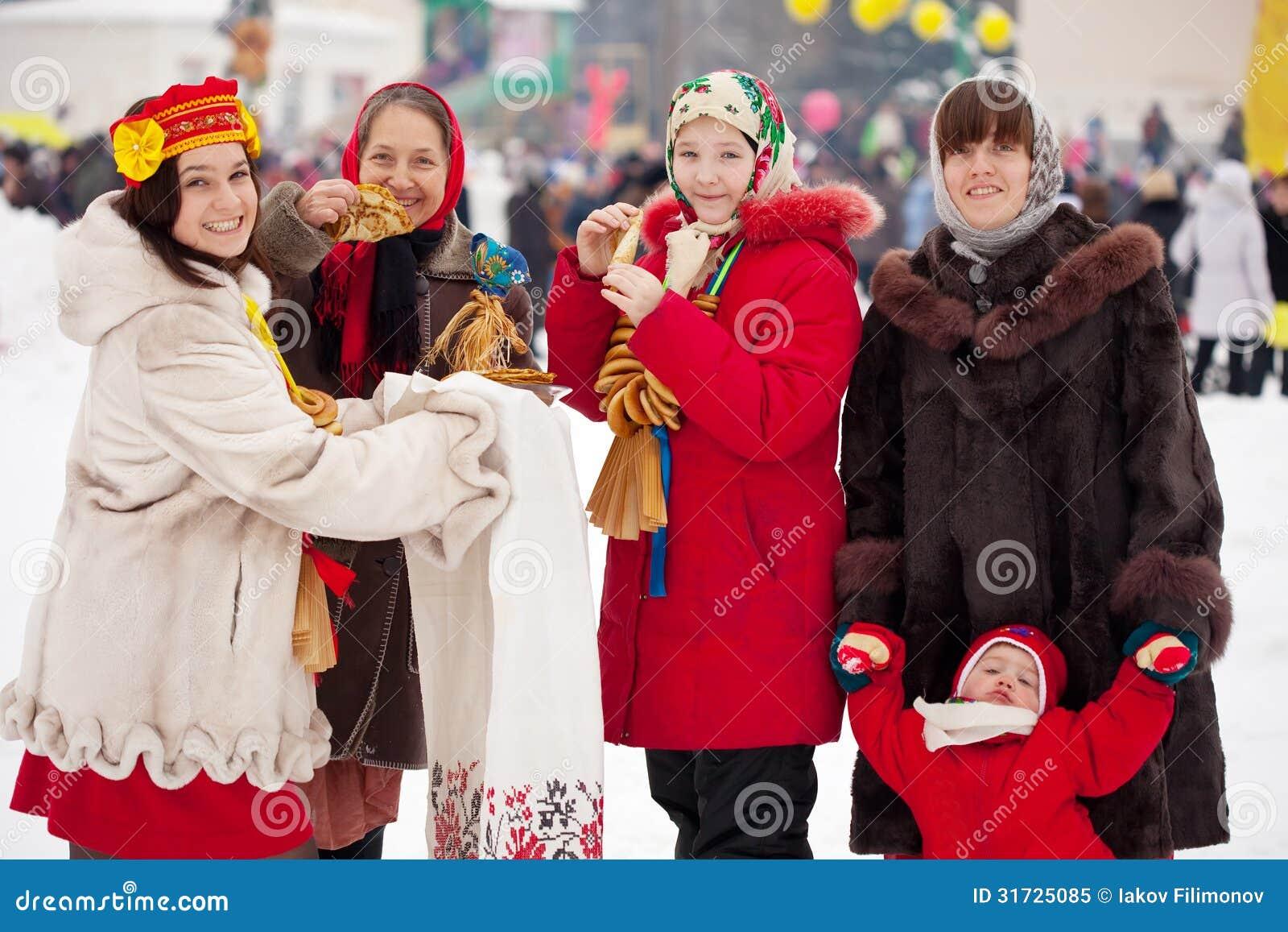 Povos que comemoram o festival de Maslenitsa