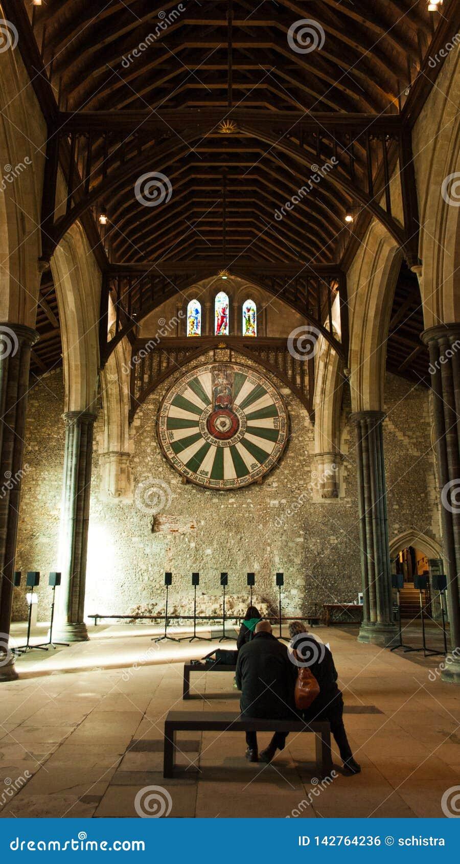 Povos que contemplam a tabela do rei Arthur Round em Winchester grande salão, Reino Unido