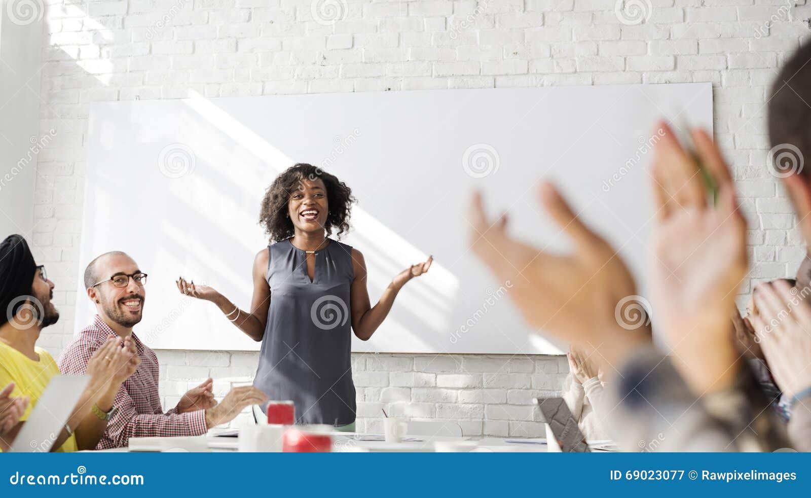 Povos que encontram o conceito da sessão de reflexão da discussão da conferência
