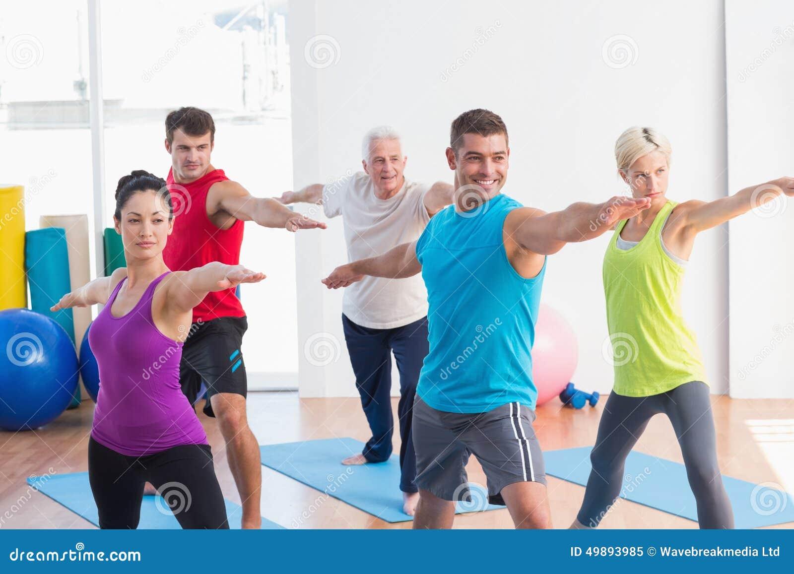 Povos que fazem a pose do guerreiro na classe da ioga