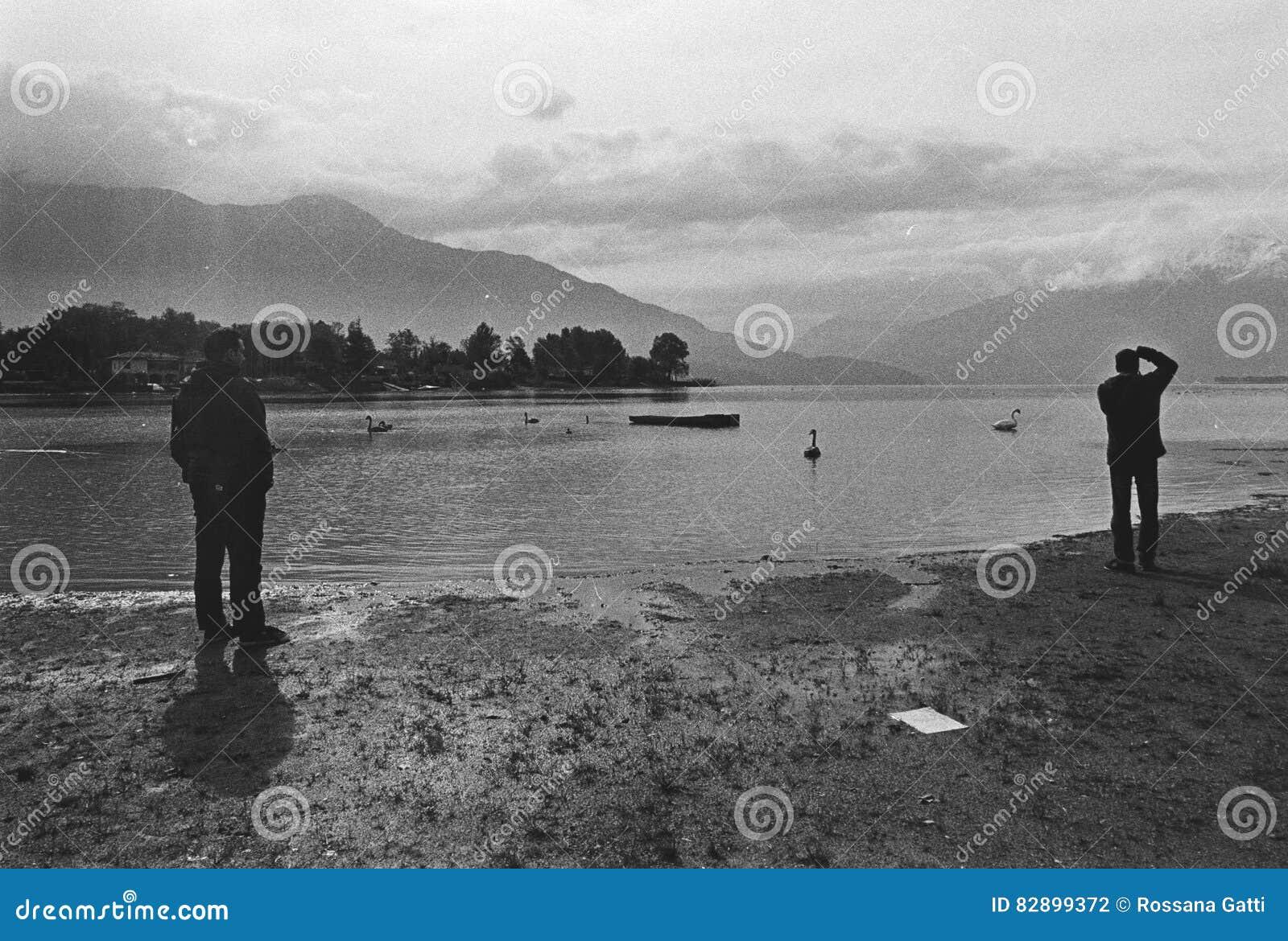 Povos que gravam no lago de Como, quadro de filme, câmera análoga preto e branco