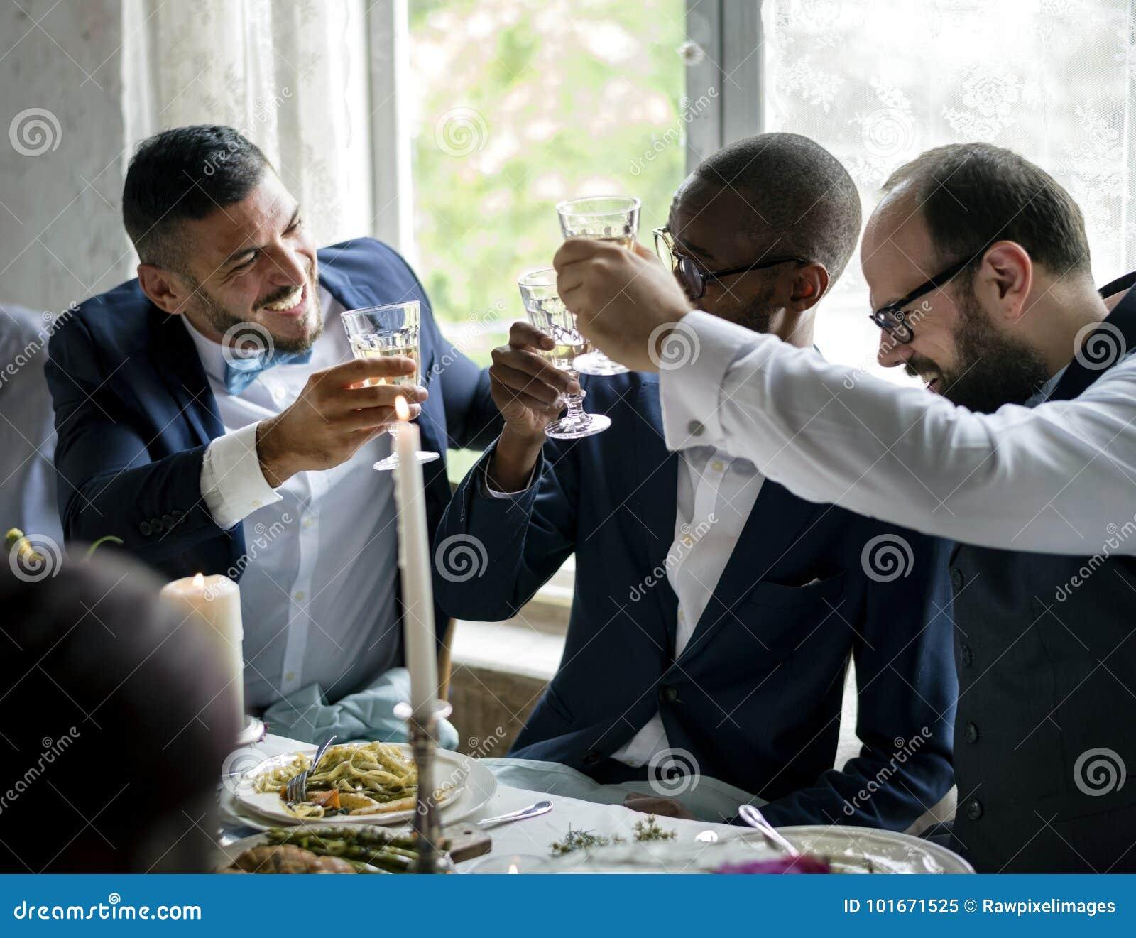 Povos que guardam seus vidros do champanhe para um brinde em uma tabela do casamento